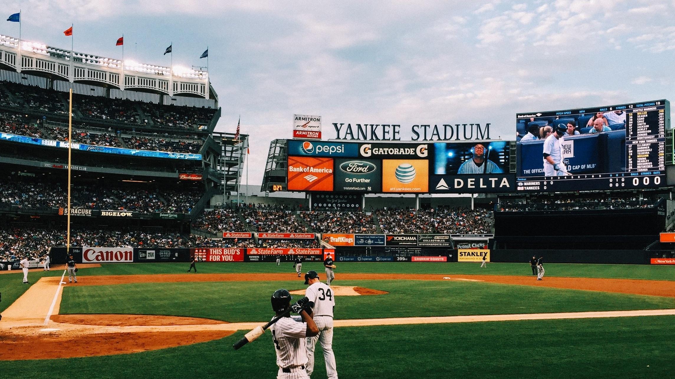 Yankee Stadium - Yankee Stadium finns i två upplagor, där det naturligtvis är den senare som används idag. De två, som bär samma namn, ligger ungefär ett kvarter ifrån varandra. Den nya invigdes 2009 efter ett byggprojekt vars nota hamnade på 2,3 miljarder dollar. Arenan har en kapacitet på 47 309 personer.