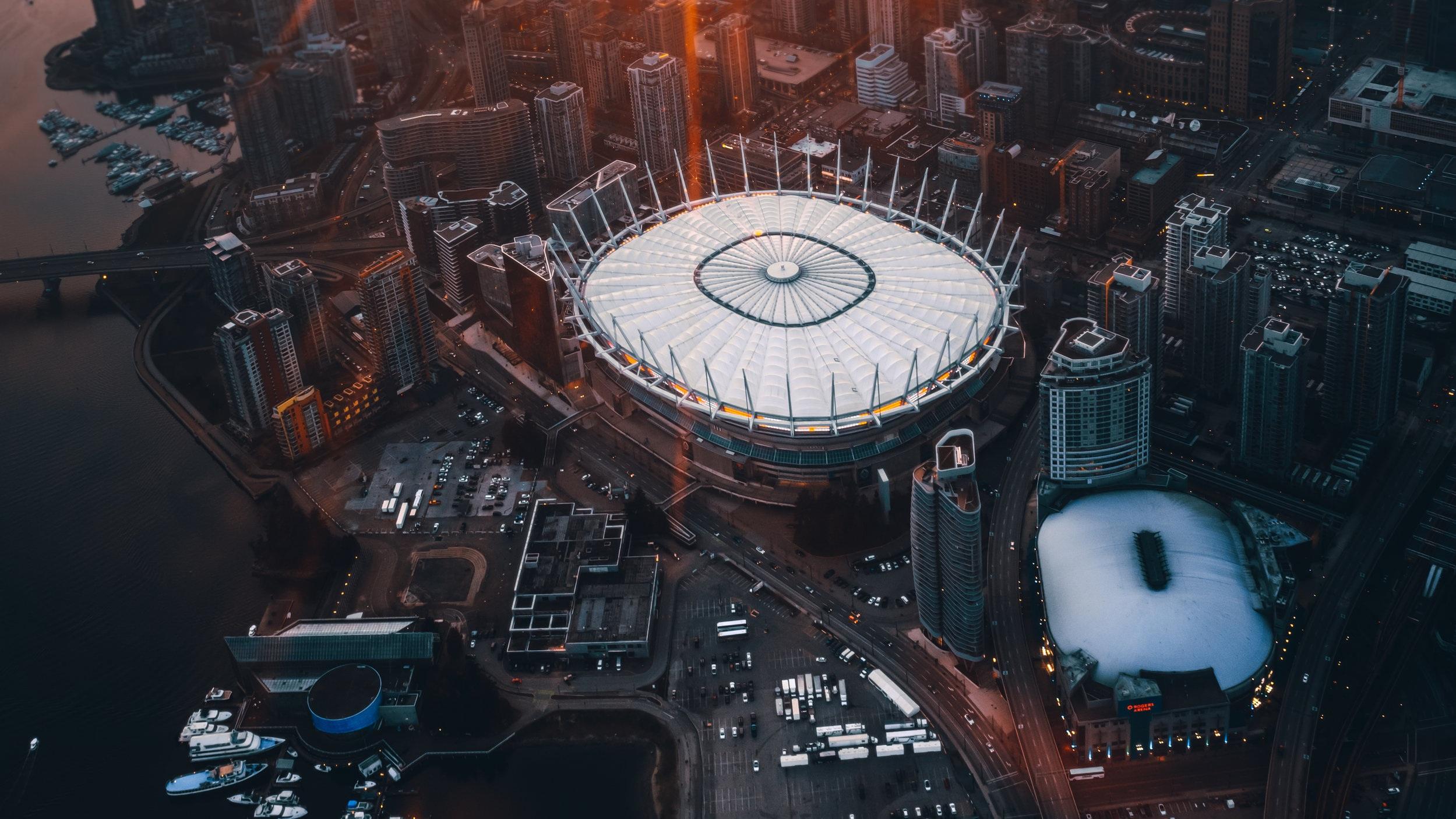 Rogers Arena - Rogers Arena har en maxkapacitet på 18 890 åskådare och används till mängder av olika evenemang och Vancouver Canucks hemmamatcher i NHL. Arenan hette tidigare General Motors Place och var även huvudarena under vinter-OS i Vancouver 2010. Det går alldeles utmärkt att promenera till arenan då den är centralt belägen i staden.