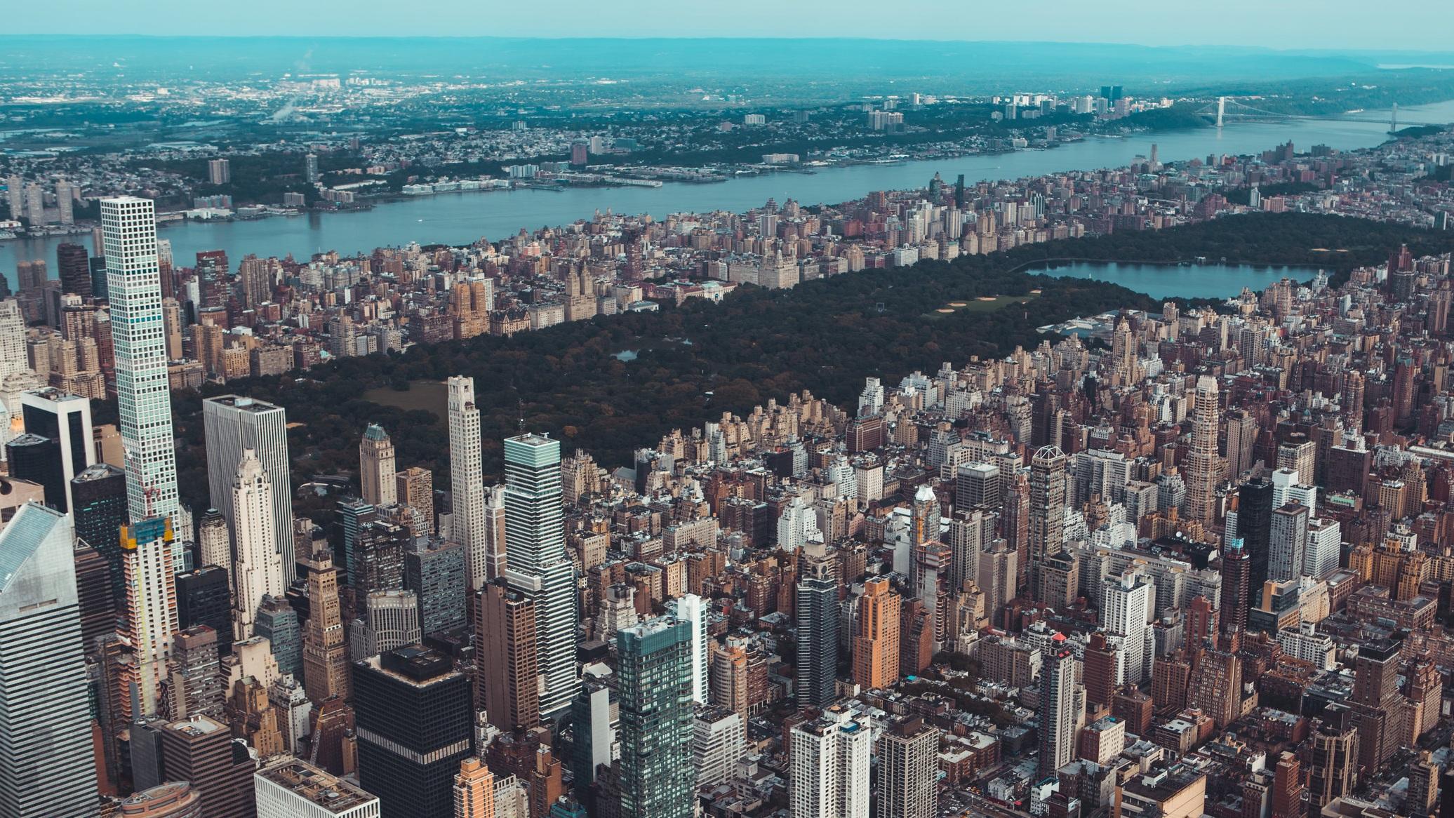 Central Park juvelen på Manhattan - Förmodligen världens mest kända park. Mitt på Manhattan, bland alla skyskrapor ligger den här 340 hektar stora park. Vill du ta en löprunda eller bara en promenad i lite lugnare miljö är det här definitivt platsen för dig. Varför inte snöra på dig skridskorna och på någon av parkens två skridskobanor, Wollman Rink och Lasker Rink.