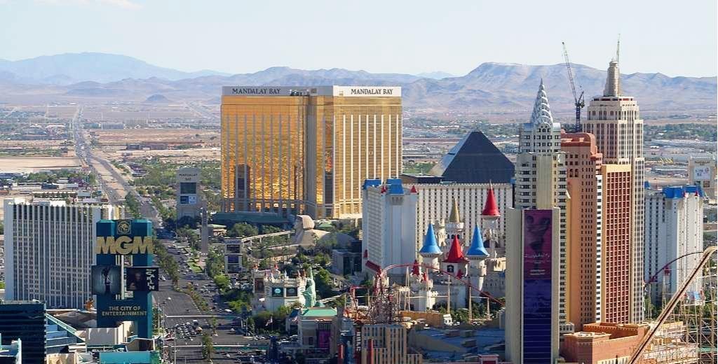 DAG 2 LEDIG DAG - Vi anpassar oss till den nya tidzonen och gör tillsammans en guidad rundtur i Las Vegas. Vi får en introduktion till stadens historia och vi besöker några av de mest sevärda platserna som staden har att erbjuda.