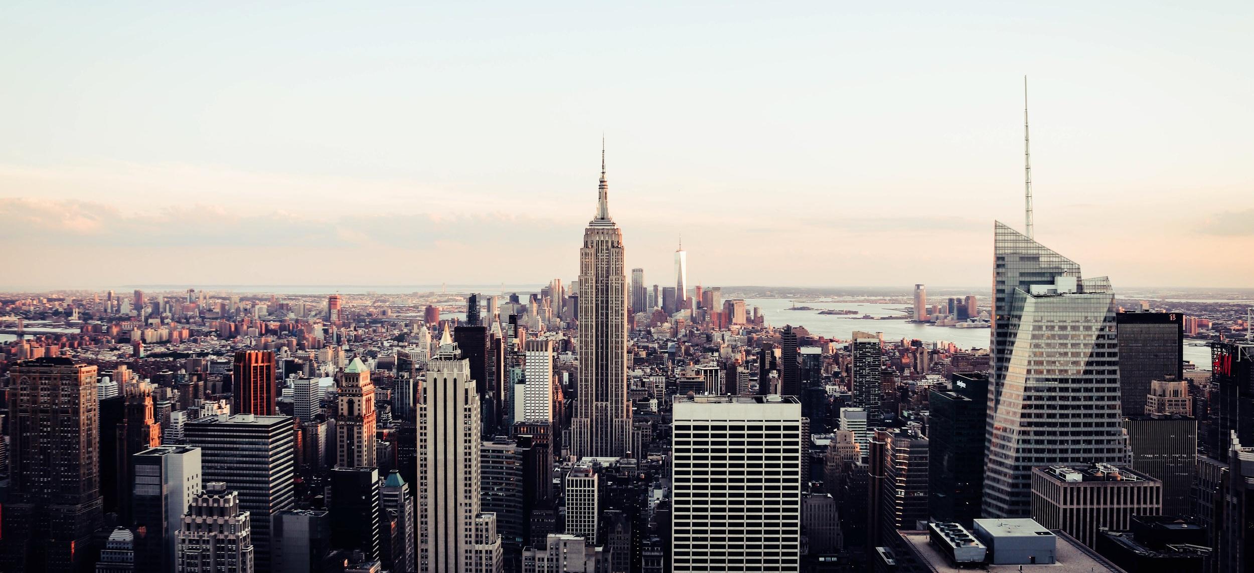 DAG 1 ANKOMST - Vi ankommer till New York cirka 15:00 lokal tid och vår svensktalande guide tar oss till vårt hotell på Manhattan. På vägen dit guidas vi kring allmän information om New York och resans innehåll samt hålltider. Sedan checkar vi in på Hilton Doubletree Times Square West. Hotellet har ett härligt läge väldigt nära Times Square.