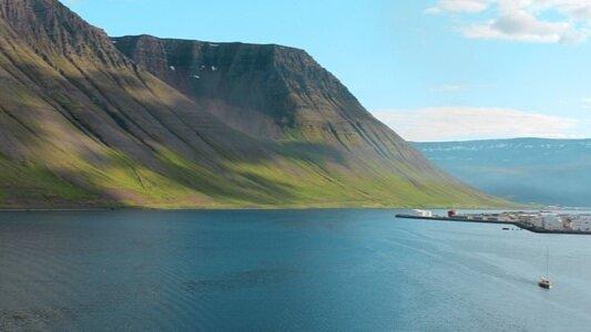 Kryssa runt natursköna Island - Kryssning till Island, Grönland och Skottland. Unik avgång på en fantastisk upplevelse.