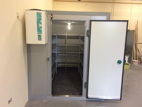 带架子的分级落地式冷水机室