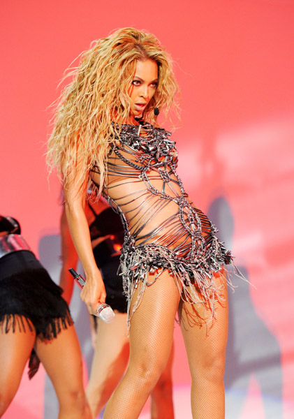 Beyonce-performs-at-the-Billboard-Music-Awards