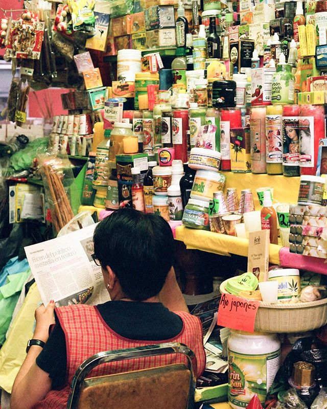 Cayoacàn Market. Full serie link in bio ✌️📸🎞 #50mm #pentaxk1000 #coyoacán . . . . . . . . . . . . . . #mexicocity #sheshootsfilm #womentravelsolo #cayoacan #mercado #foodmarket #filmphotography #grainisgood #shootfilmstaybroke #professionawanderer