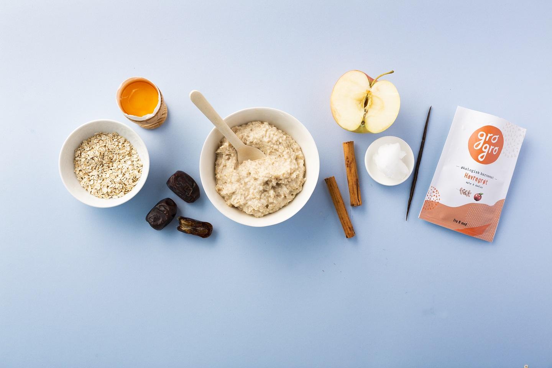 Havregrøt med eple, dadler, kanel og vanilje - Anbefalt fra 6 måneder. 120 g/pakke. Melkefri og glutenfri.Ingredienser: Eple 33%*, glutenfritt havremel 21%*, vann 20%, dadler 14%*, eggeplomme 7%*, kokosolje 2%*, ceylon kanel 2%*, vaniljepulver 1%*,*Økologiske ingredienser.NÆRINGSINNHOLD PER 100 g:88 kcal/368 kj, 3,3g Fett (hvorav mettede fettsyrer 1,8g, flerumettede fettsyrer 0.24g, enumettede fettsyrer 0.74g). 11,9g Karbohydrat, Kostfiber 1,82g, Protein 1.38g, Salt 0.01mg