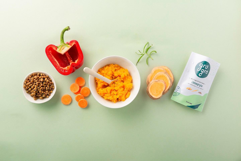 Linsegryte med grønnsaker og kyllingkraft - Anbefalt fra 6 måneder. 120 g/pakke. Melkefri og glutenfri.Ingredienser: Gulrot 40%*, Søtpotet 31%*, røde linser 12%*, kyllingkraft 11%rød paprika 4 %*, rosmarin 1%*, dulse alger 1%*.*Økologiske ingredienser.Næringsinnhold per 100 g:137 kcal/573 kJ, Fett 4,34g (hvorav mettede fettsyrer 2.31g, flerumettede fettsyrer 0.01g, enumettede fettsyrer 0,01g), Karbohydrat 20,5g, Kostfiber 6,24g, Protein 6,4g, Salt 0,08mg,