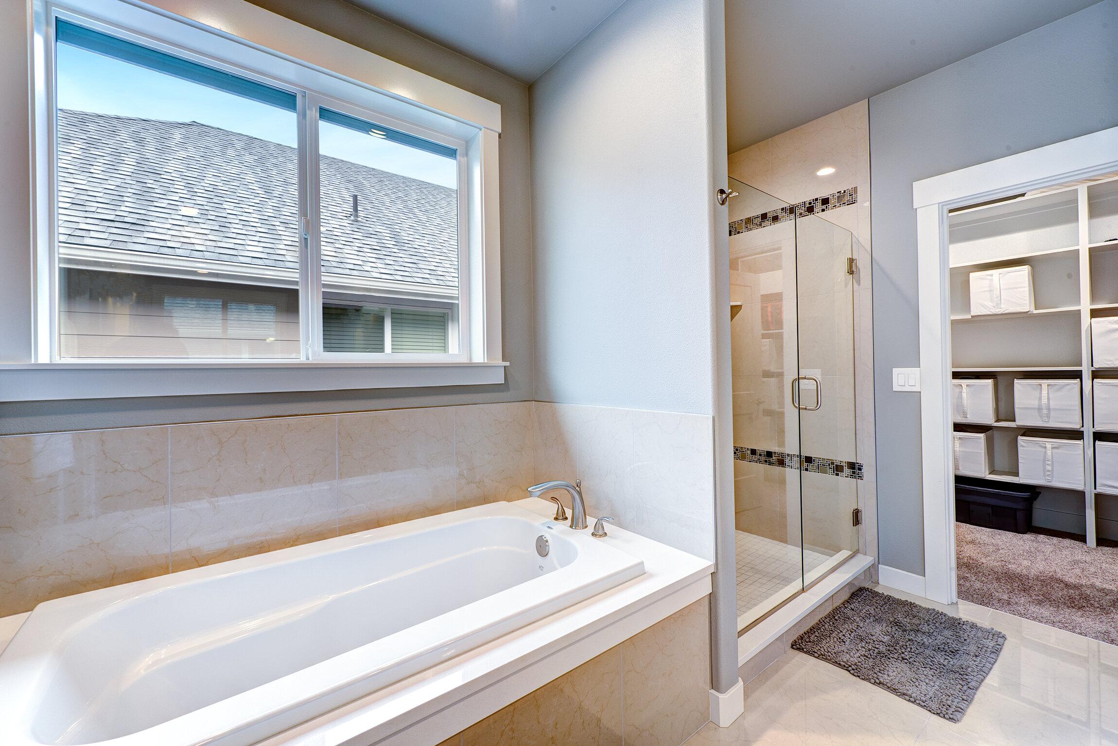 8d-master-bath-tub-shwr.jpg