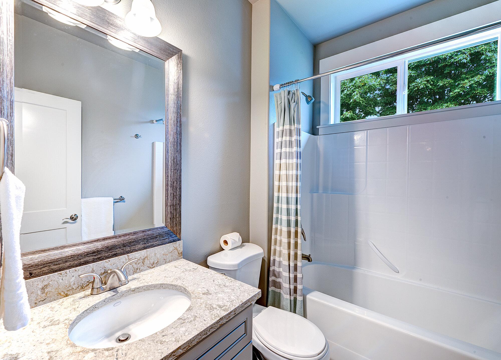 14a-top-floor-hall-bath.jpg
