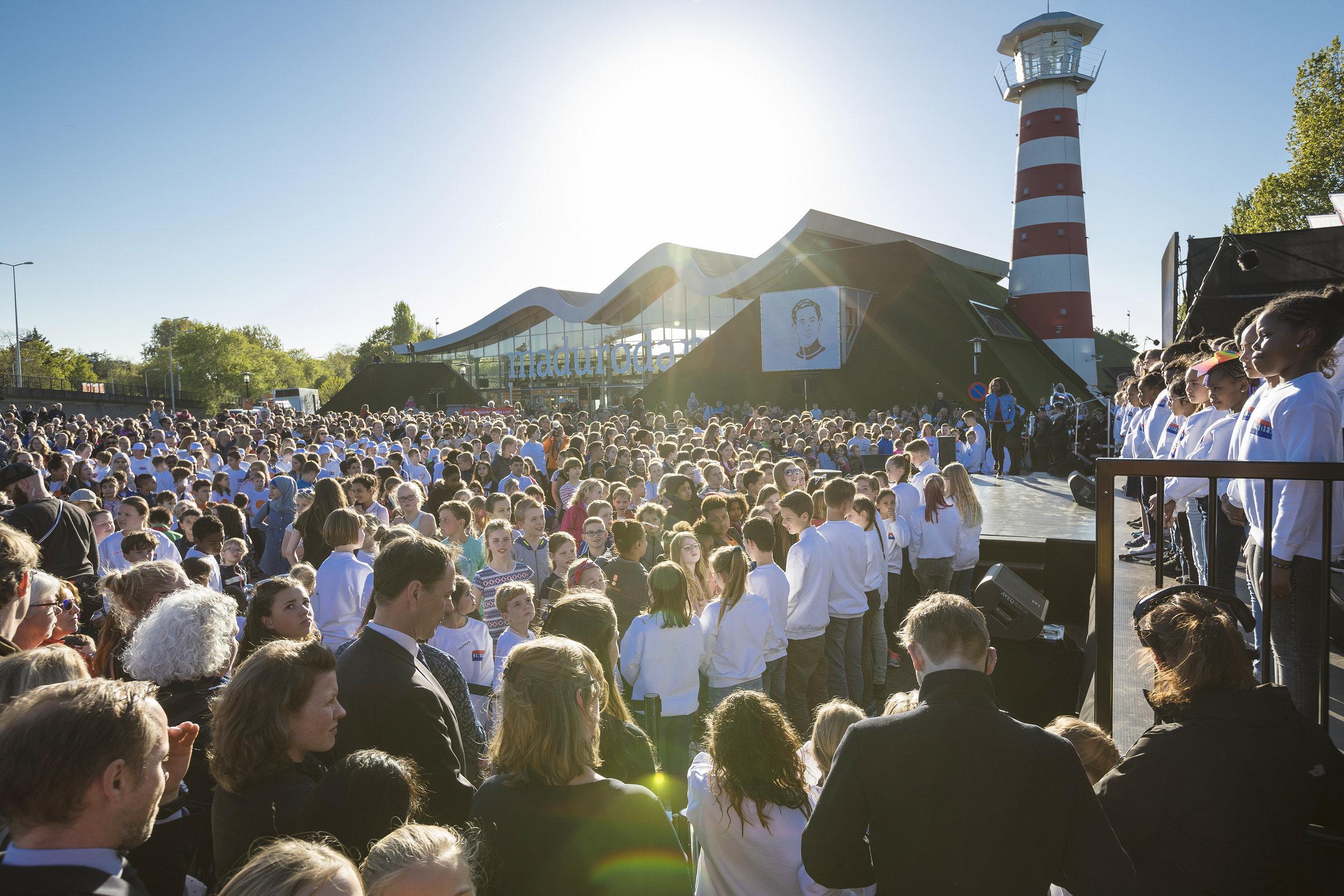 """Nationale Kinderherdenking 2019 - Op 4 mei dansten 100 schoolkinderen tijdens de Nationale Kinderherdenking te Den Haag, een choreografie op de Nederlandse vertaling van """"Imagine""""."""