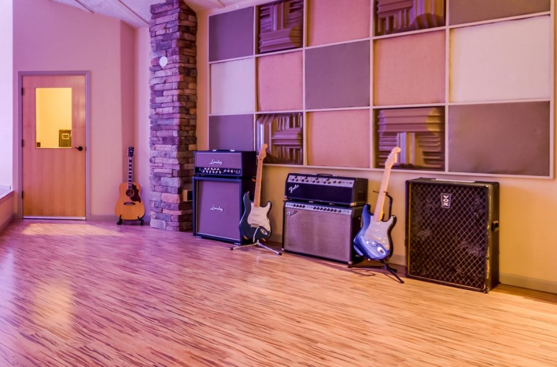"""AMPS - Vintage Fender tube reverbFender PrincetonFender 1x12""""Fender Rumble 100Eden 2x10SWR 800 – 4×10 & 2x10 Goliath cabinetsMarshall ½ stackVox vintage 4x10 amp"""