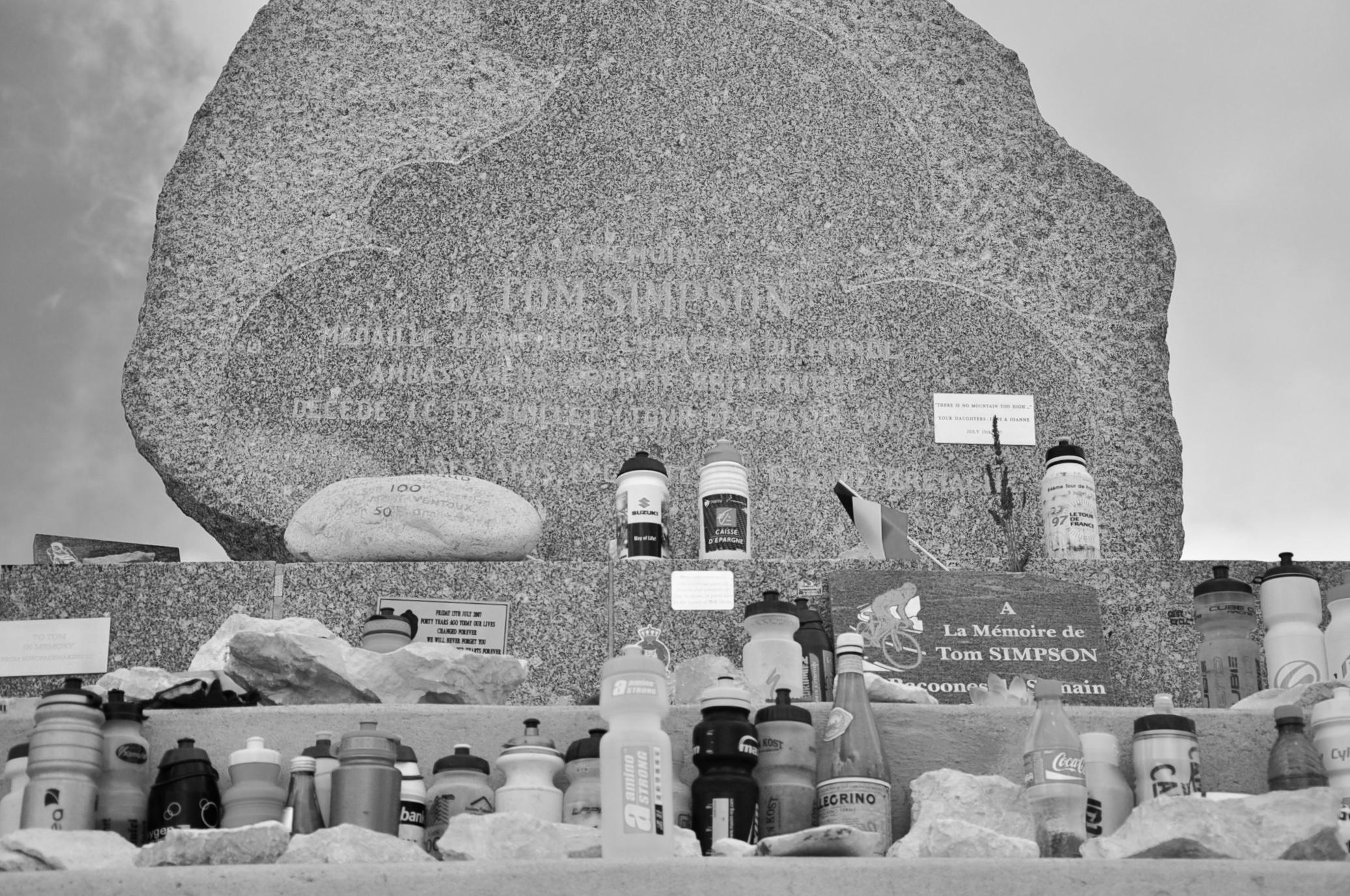 湯・辛普森 (Tom Simpson) 紀念碑。來此悼念的車手都會獻上自已使用過的水壺,小馬也是。
