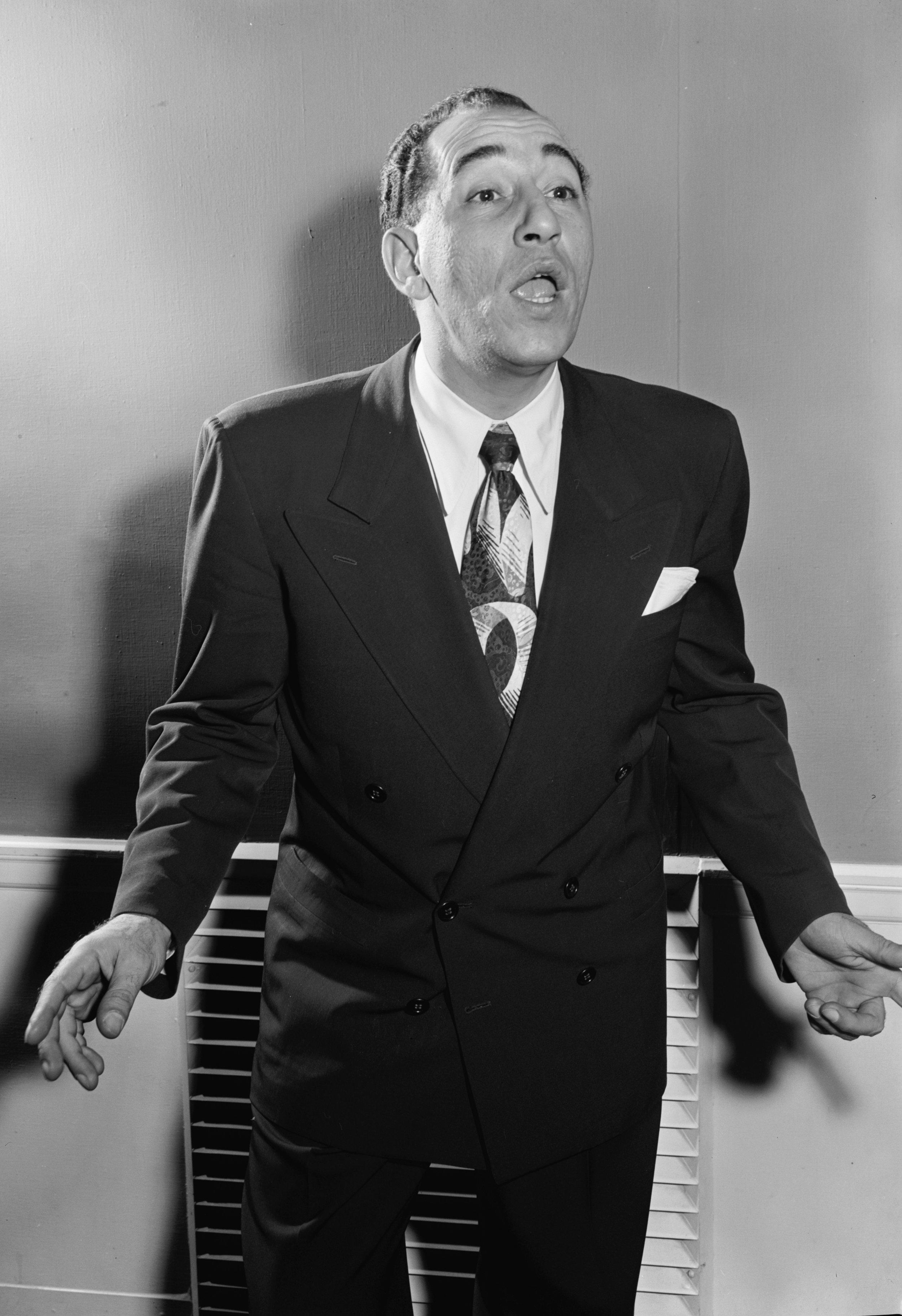 """Louis Prima - Einzig und allein ist es Louis Prima zu verdanken, dass die Roaring Zucchinis ins Leben gerufen worden.Louis Prima's Shows waren Highlights in Las Vegas und den Rest der USA - er stand fürTop Musik, Top Stimmung und Top Show. Trotz Hits wie I Wanna Be Like You, Buona Sera und Angelina, ist Louis Prima nicht jedem ein Begriff. Doch wer den Namen kennt, weiß dass seine Musik für grenzenlosen Spaß und Swing in der Musikwelt der 50er und 60er Jahre steht, und das noch bis heute!Lust mal reinzuhören was die Roaring Zucchinis alles spielen?If It weren't for Louis Prima the Roaring Zucchinis would not be around today.Top music, top atmosphere and top shows are all synonyms for this great musician and singer. Despite hits like """"I Wanna Be Like You, Buona Sera and Angelina, not everybody has heard of Louis Prima. Those of you who have heard of him, know that his music represents fun and swing in the music world of the 50s and 60s, up until today!"""