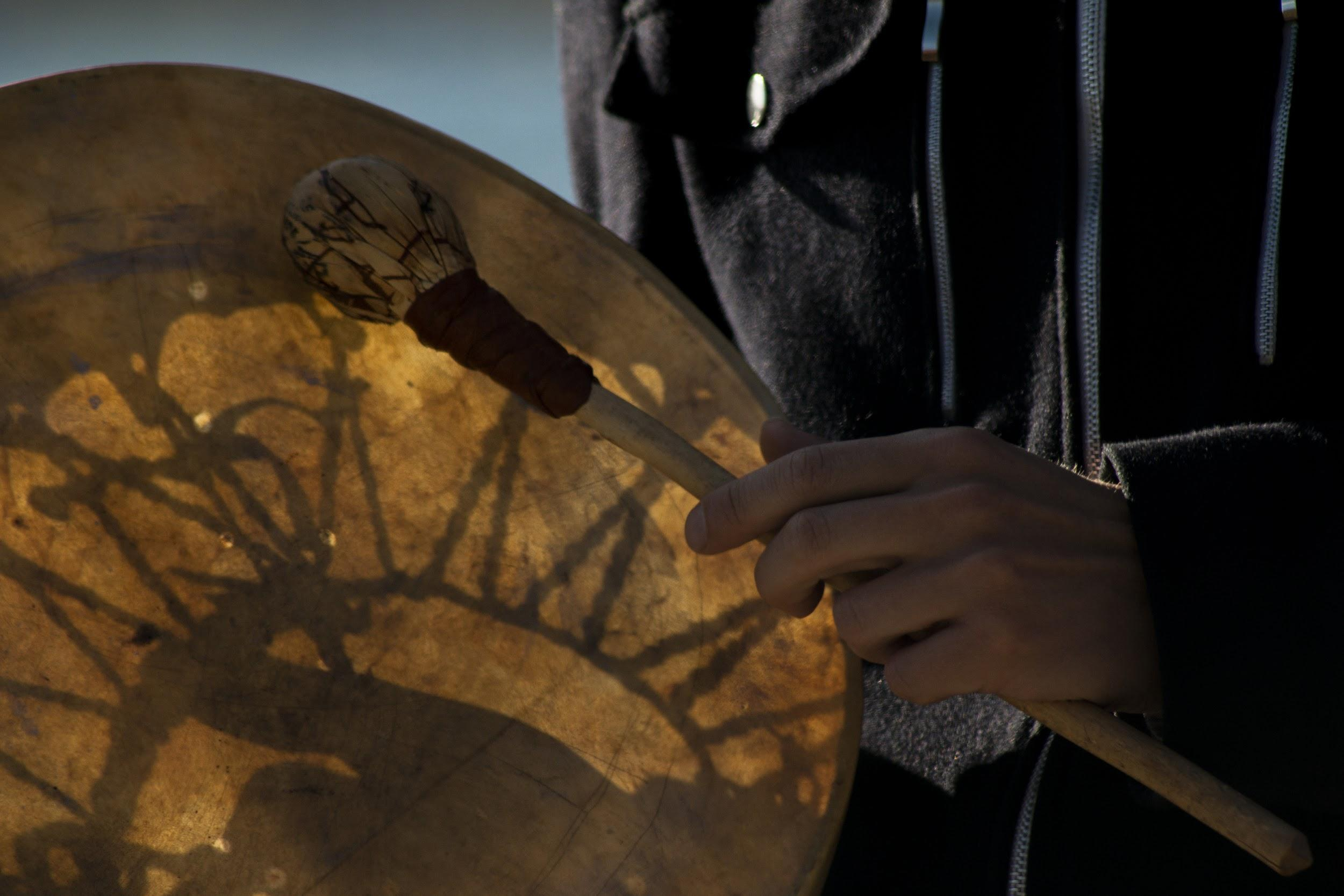 Drumming during a ritual and demonstration held in Romsa (Tromsø) in support to the Standing Rock protesters in the USA | Francesca Castagnetti / 2016
