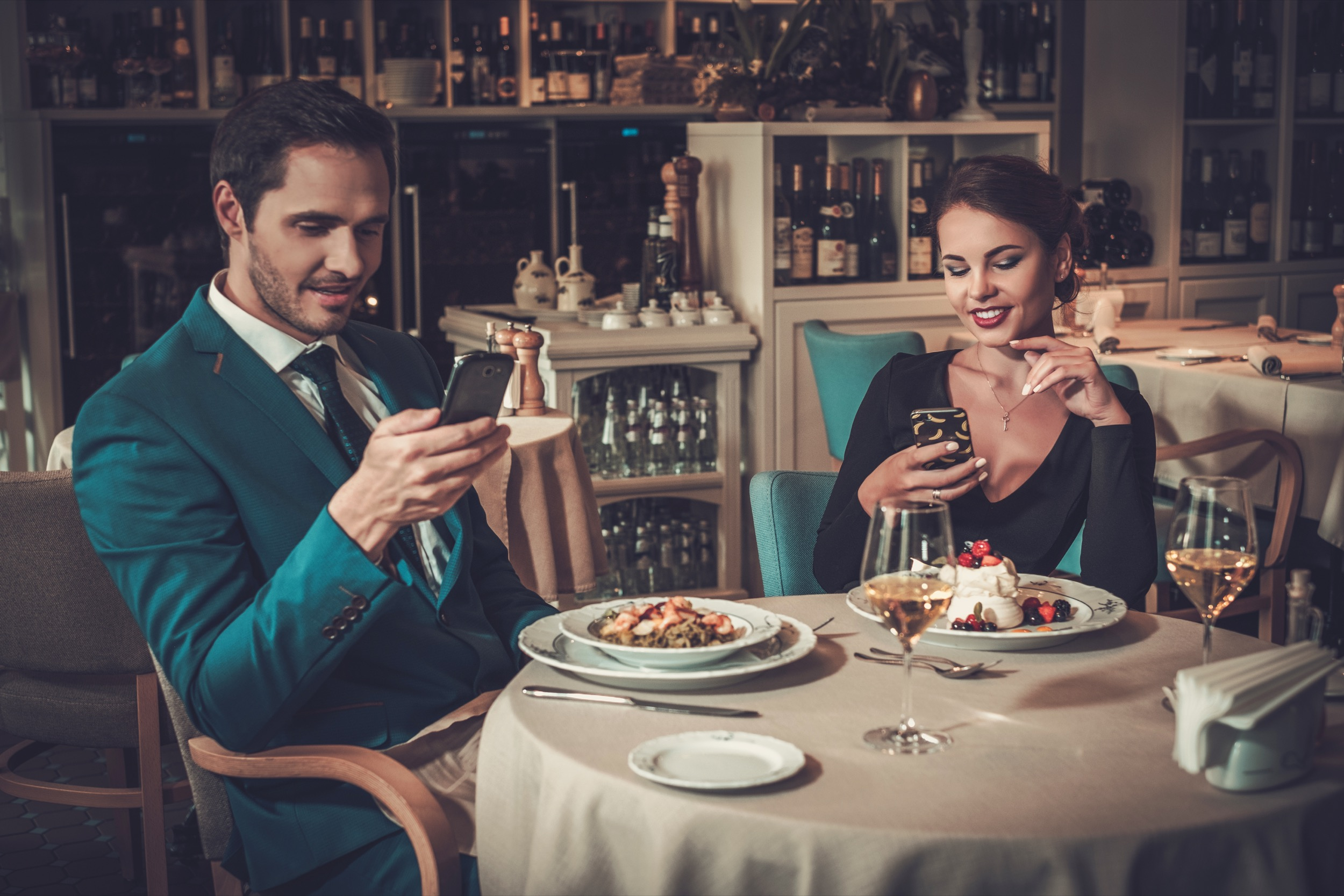 stylish-couple-with-mobile-phones-in-a-restaurant-P3332TD.jpg