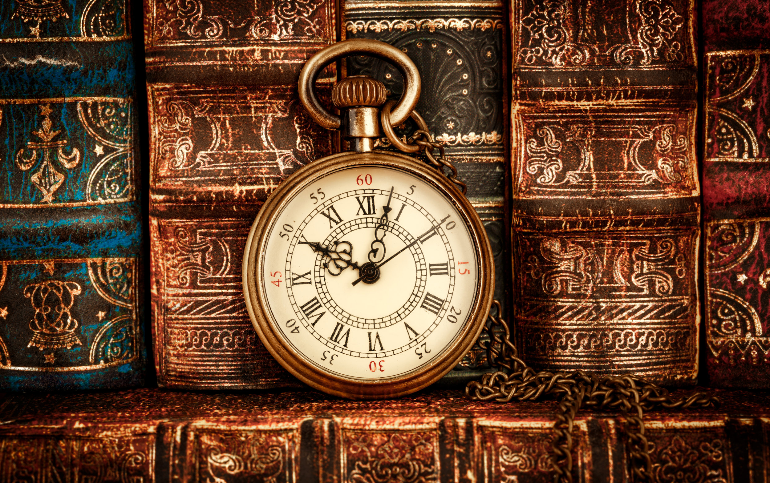 vintage-pocket-watch-still-life-PCTZNR8.jpg