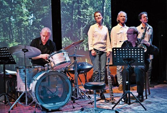 Szene aus «Fluctus» mit Marco Käppeli (Schlagzeug), John Voirol (Saxophon), Franziska Senn, Reto Baumgartner und Lilian Naef. Bild: Romano Cuonz (Stans, 19. April 2019)