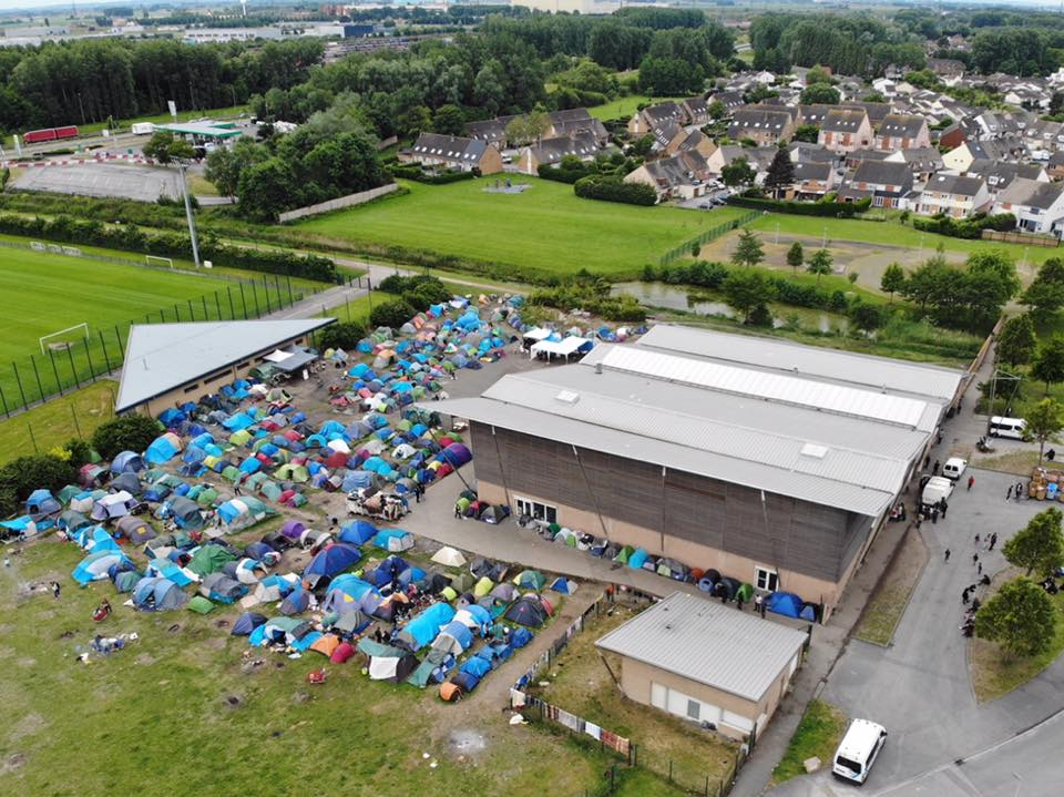The population of refugees and displaced people living in the Dunkirk area continues to rise each day. With the centre at maximum capacity, the settlement of tents surrounding it has continued to grow rapidly.