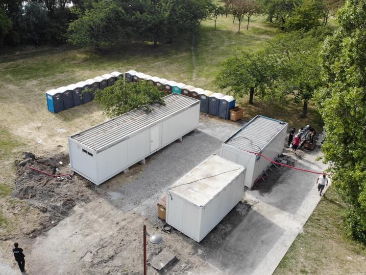 Last week finally saw toilet and showering facilities installed at the main site outside the emergency centre in Grande-Synthe