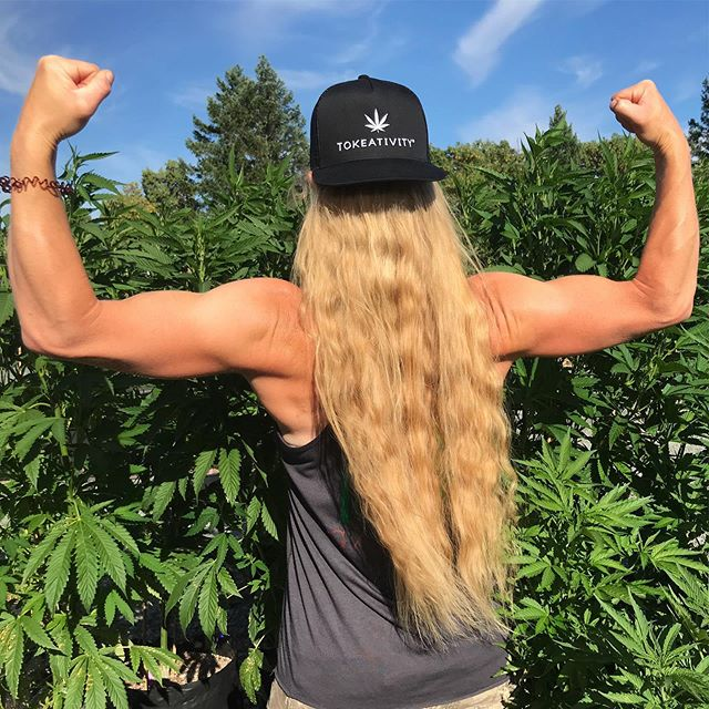 😎 Sun's out! ☀️ . . .🌻Come celebrate the start of summer with me @becky_grows & @tokeativityroguevalley at Summer Lovin' next Sunday!  This event will be for women only, 21+, register now at tokeativity.com/roguevalley 💛🧡❤️ . . #womenwhogrow #femalefarmers #knowyourgrower #womeninweed #stonergirl #cannabisqueens #maryjane #tokeativity #girlswhosmokeweedeveryday #cannabisqueenz #420divas #girlswhogrowtrees #ganjagirl #flowerfarmer #womenandweed #togetherwegrow #girlscompetewomenempower