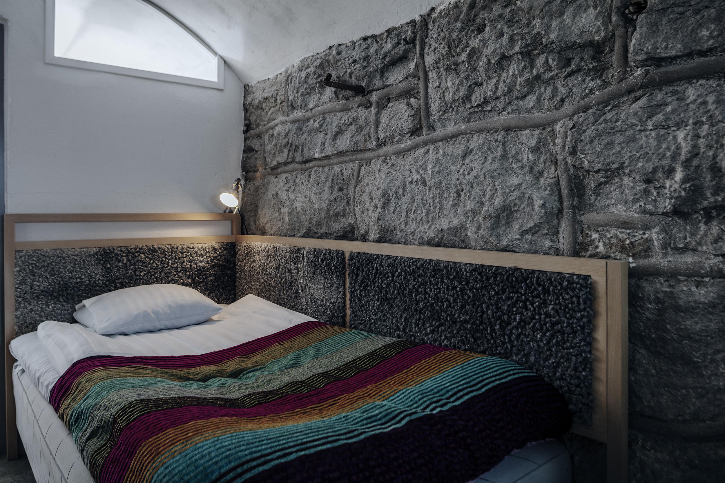 Enkelrum valv - Våra enkelrum med valv är 17 kvm som rymmer en gäst med handgjorda möbler från gotländska G.A.D och produkter från Idyllien.