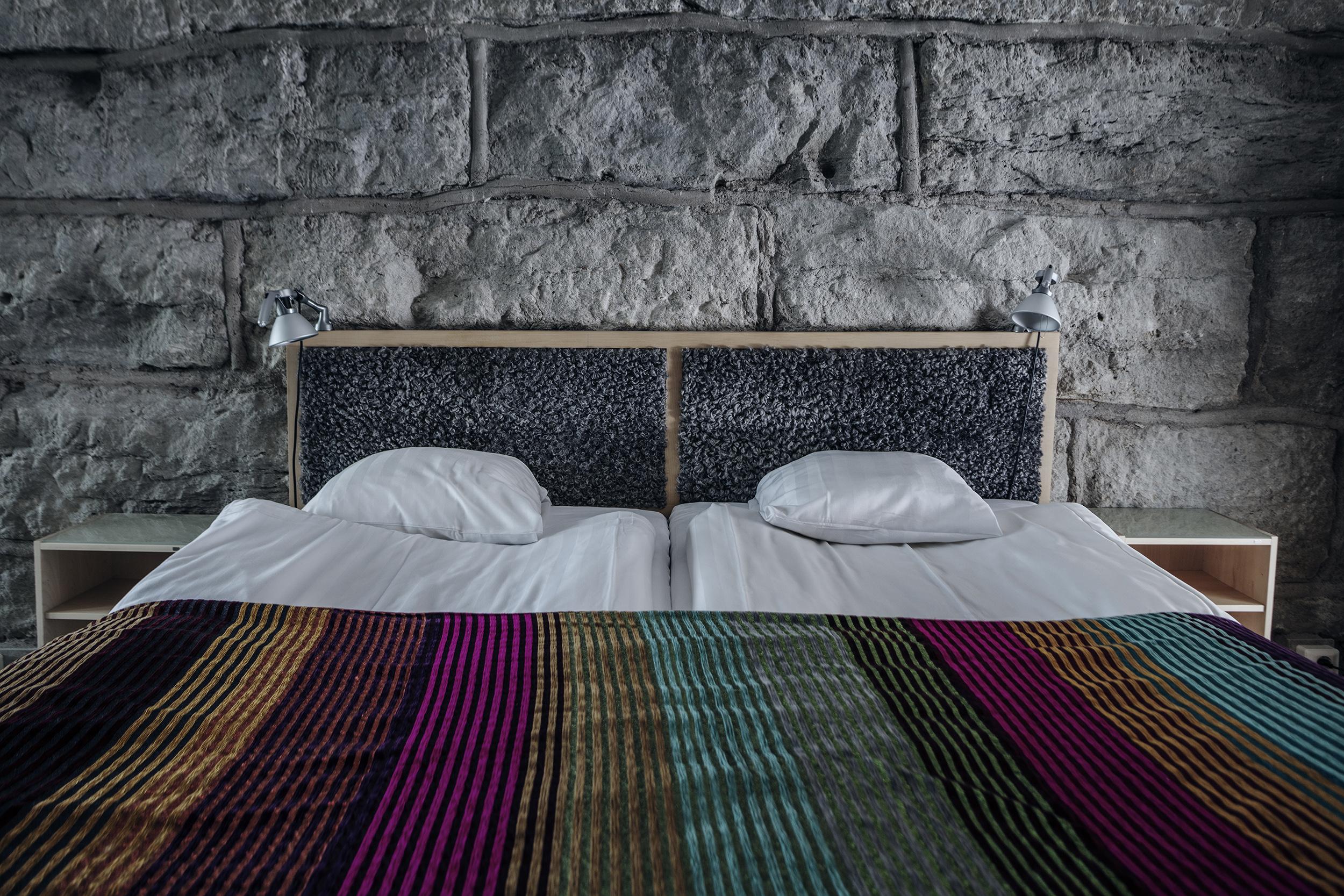 Dubbelrum valv - Våra dubbelrum med valv är 22 kvm som rymmer två gäster med handgjorda möbler från gotländska G.A.D och produkter från Idyllien.