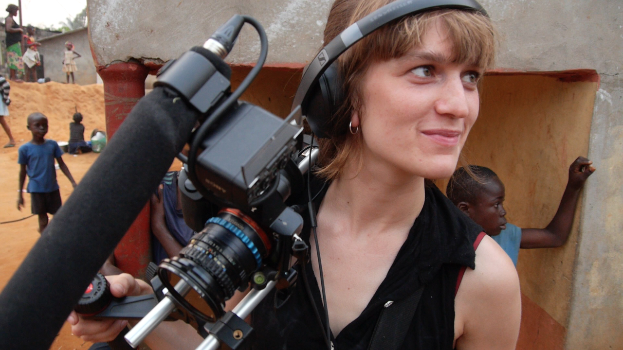 Anne Reijniers (1992, BE)  is filmmaker and curator. She obtained two masters in the audiovisual arts, one with the short fiction film 'Looking at Marie' and one with the short documentary 'Échangeur'. She uses the medium film to create new stories in collaboration.