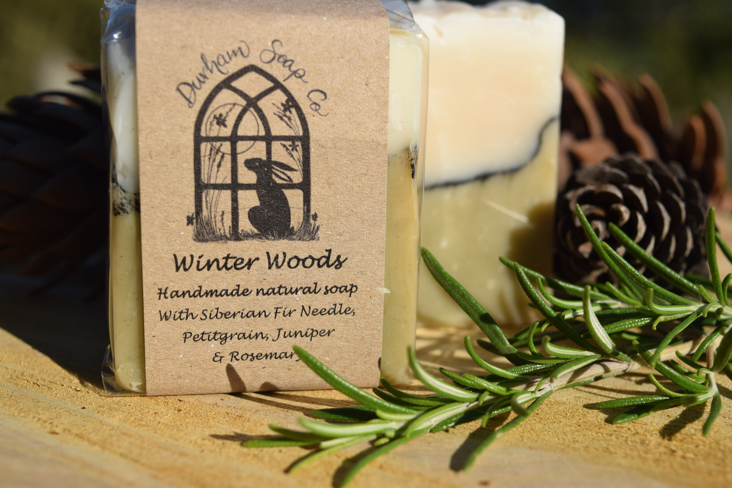 Winter Woods - Natural soap, handmade with our blend of pure plant oils, enriched with moisturising shea butter, cocoa butter and castor oil for a rich and creamy lather. Our soap is fragranced with a blend of fir needle, juniper, rosemary, petitgrain (orange leaf) and may chang essential oils to give a wonderful winter woodland scent.Ingredients: Olive oil, coconut oil, sunflower oil, shea butter, cocoa butter, water, castor oil, fir needle oil, orange leaf oil, juniper fruit oil, spirulina powder, charcoal powder, rosemary oil, may chang oil, Vitamin E, citral*, geraniol*, limonene*, linalool*, * = occurs naturally in essential oils.Net weight: 100 g