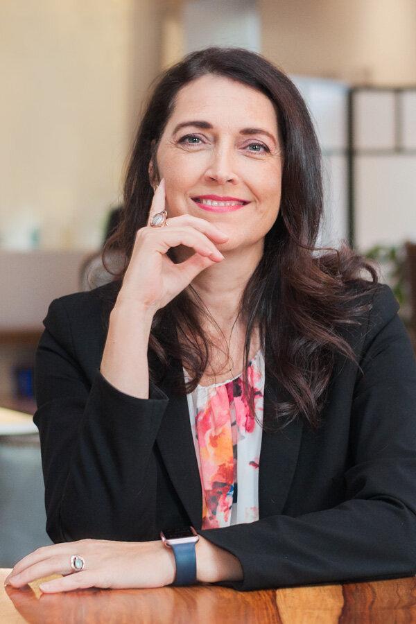 Linda Godin - Conseillère en affaires publiquesAvec plus de 20 ans d'expérience en journalisme et en politiques publiques, Linda Godin est l'experte résidente de Compass Rose en matière de francophonie.