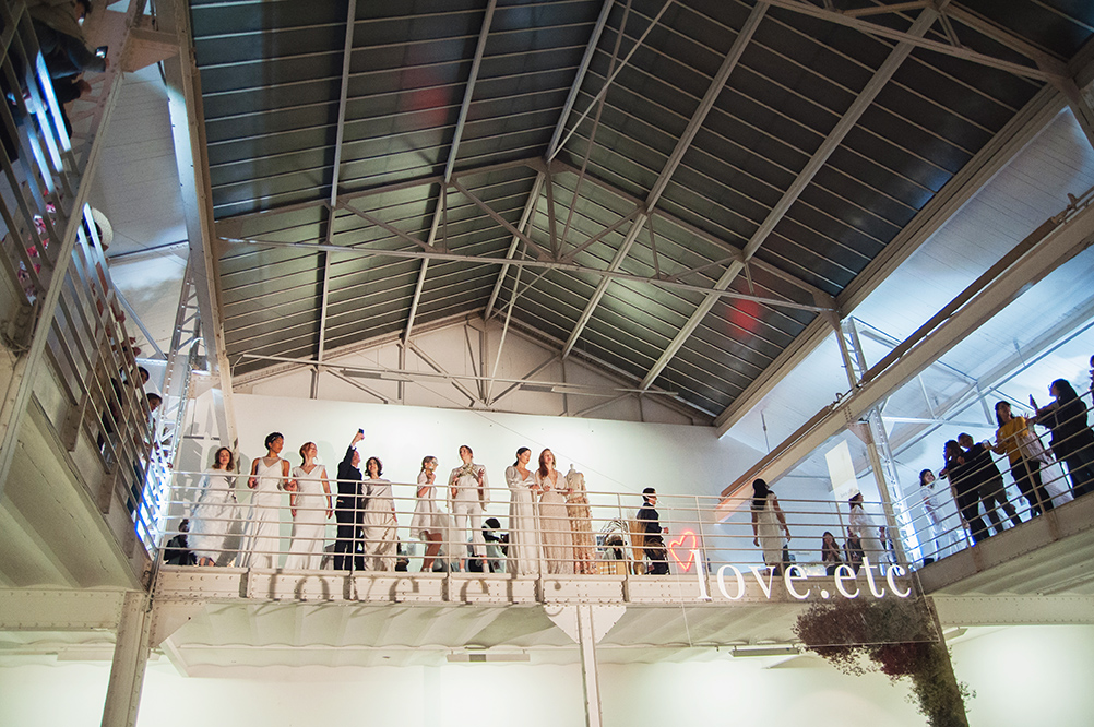 un beau défilé de mannequins en robes de mariée