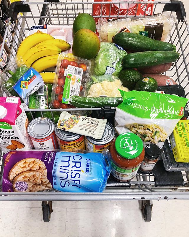 How to plan your grocery shopping on a budget? Some quick tips- write out your list before, and think about what you want to cook!⠀ -⠀ For myself this cart is about a weeks worth of meals for me. Some meals I came up with:⠀ -⠀ Breakfast: Rice cakes, or eggs⠀ Lunch: Usually left over from dinner or roasted veggies or salad⠀ Dinner: Roasted veggies, salad/nourish bowl, pasta, rice noodles with spicy thai sauce and chicken.⠀ Snacks: rice cakes, popcorn at home, fruit and smoothies. ⠀ -⠀ To see how I planned out this shop, exactly what I got and more tips sign up for the newsletter!