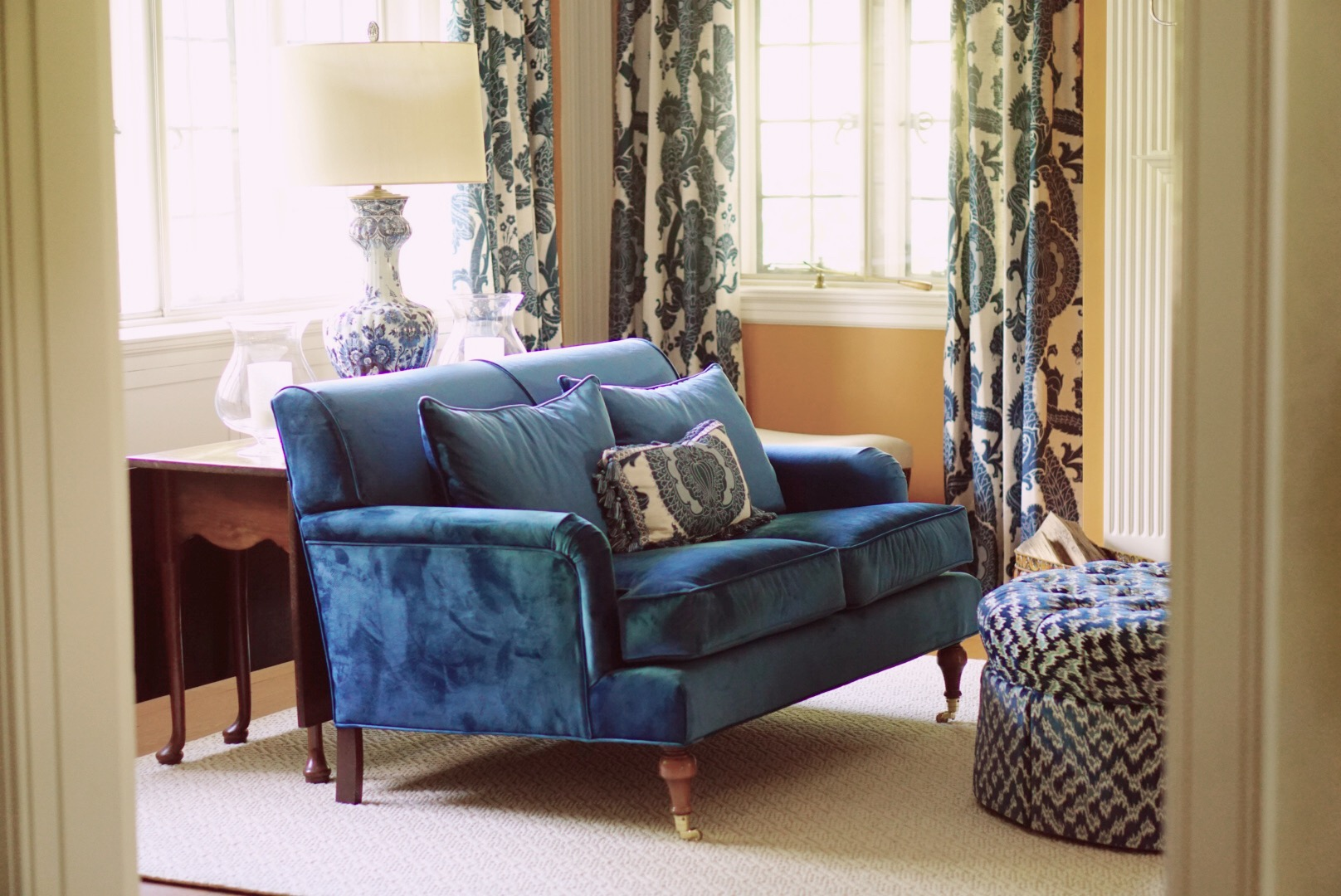 Living room with dark blue sofa and a lamp on the table