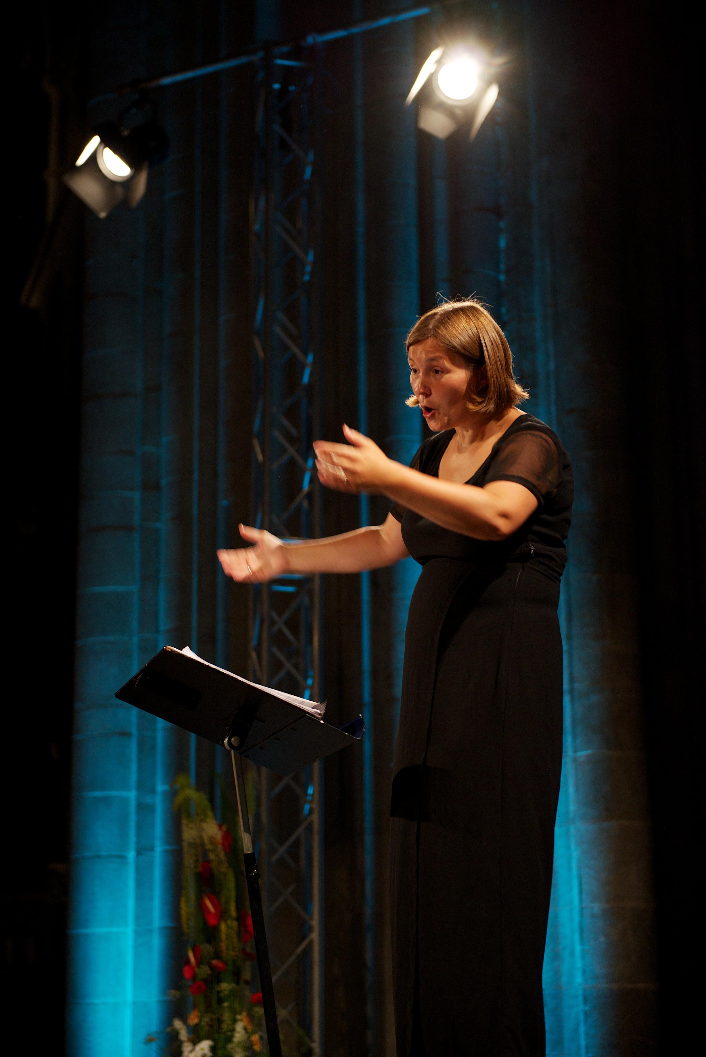 - Anne Karin Sundal-Ask har vært ansatt som dirigent og kunstnerisk leder for Det Norske Jentekor siden våren 2005. Hun er utdannet dirigent, fløytist og pedagog. Sundal-Ask har mottatt flere utmerkelser for sin korledelse og har ledet flere kor til seier i en rekke internasjonale konkurranser. Hun beskrives som en kvalitetsbevisst, målrettet og inspirerende leder og evner å formidle sine musikalske mål til sangerne slik at hver enkelt yter sitt beste. Dirigentens fokus på intonasjon, klang og ensemblemusisering er blitt et varemerke, og hun jobber kontinuerlig med å skape musikalske uttrykk som berører både publikum og sangere.