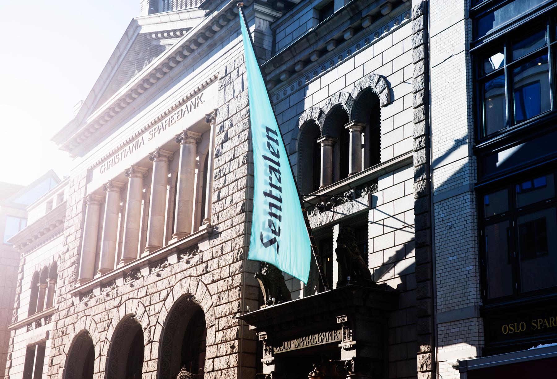 Sentralens fasade med flagg.jpg