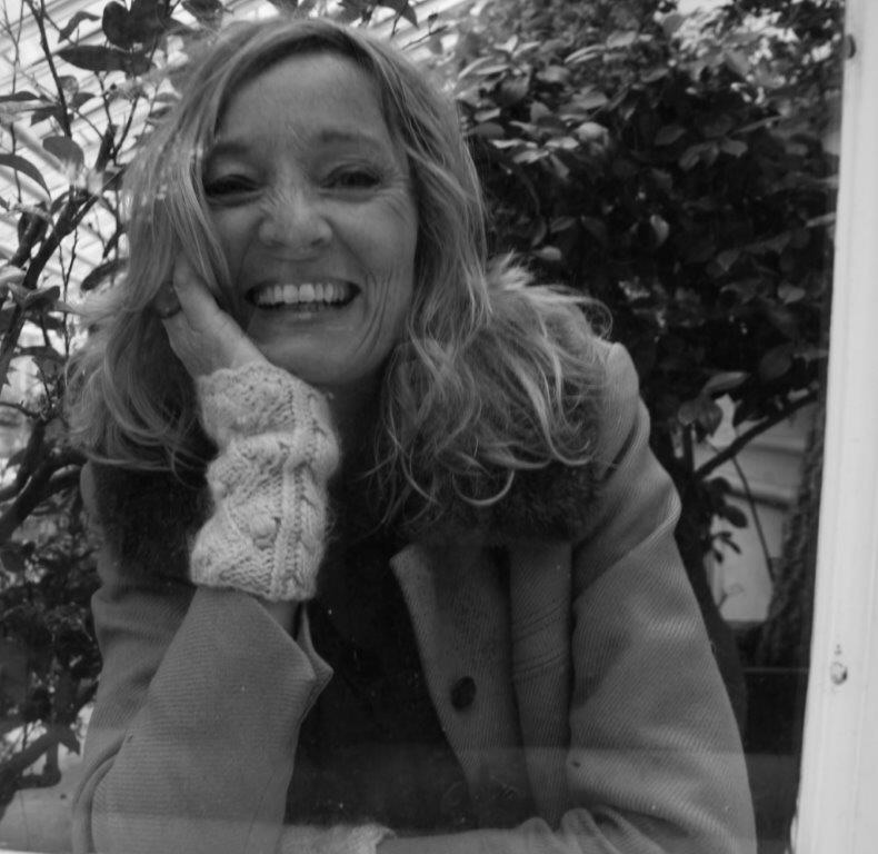 - Aasne Linnestå er poet, romanforfatter, librettist og dramatiker. Hun er utdannet cand.mag. fra Universitetet i Oslo, og har også studert ved Forfatterstudiet i Bø. Fra 2012 til mars 2016 var hun medlem i Forfatterforeningens Litterære råd. Linnestå har skrevet fem diktsamlinger, fem romaner og en enakter (oppført på Samtidsfestivalen i Oslo i 2005), i tillegg til tre librettoer for komponist Maja Ratkje (bestillingsverk fremført under Nordland Musikkfestuke, Olavsfestdagene i Trondheim, Trondheim Kammermusikkfestival 2015 og Ultimafestivalen i 2017). En rekke dikt og andre korttekster har blitt publisert i både norske og skandinaviske tidsskrifter og antologier. Aasne Linnestå fikk Amalie Skram-prisen i 2018, og ble omtalt av juryen som «en sjangeroverskridende, stilsikker og språklig leken forfatter».Foto: Amanda Irgens Nygren. Redigert av Monica Silva.