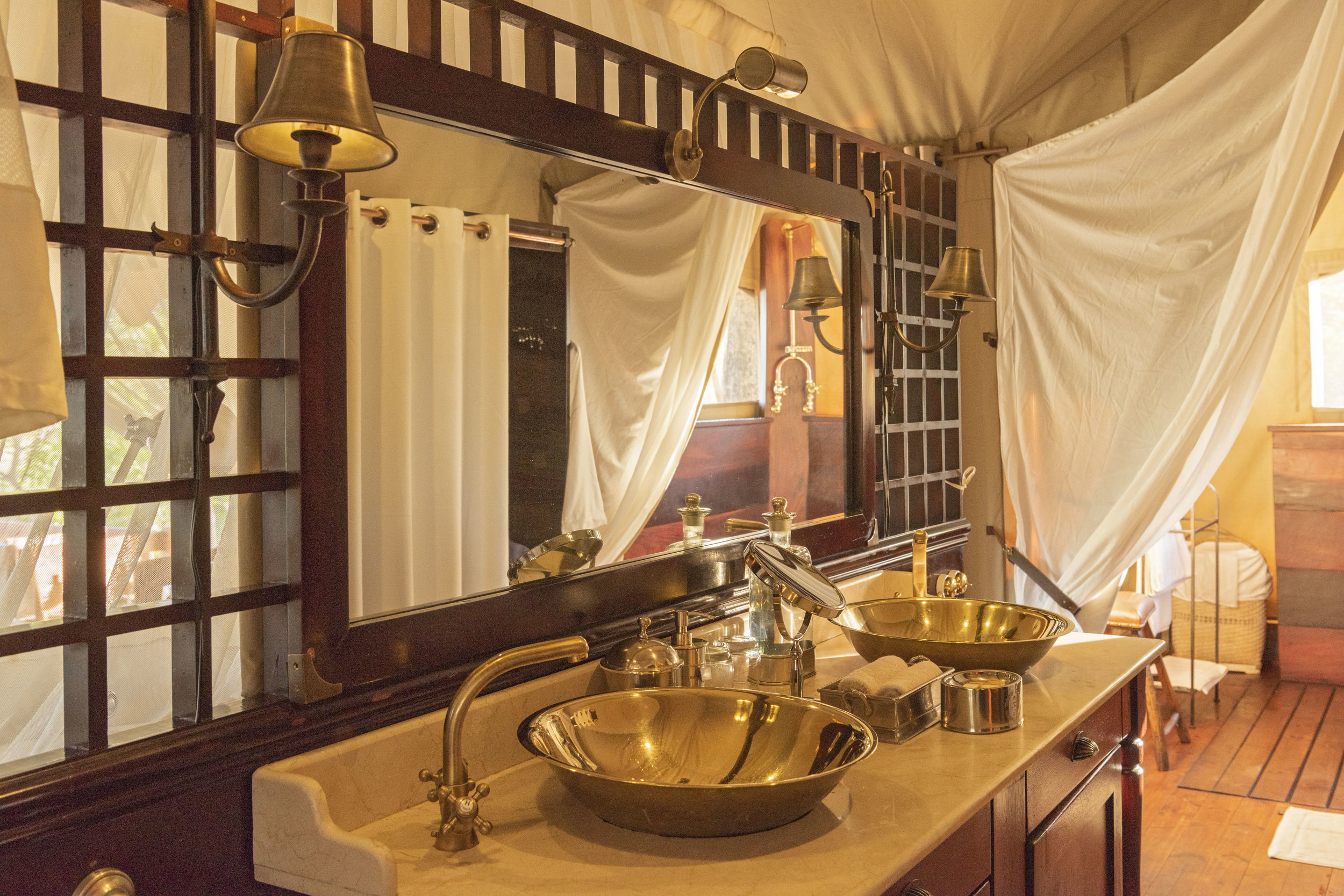 dubaexplorerscamp_guestbathroomvanity_davidrogers.jpg