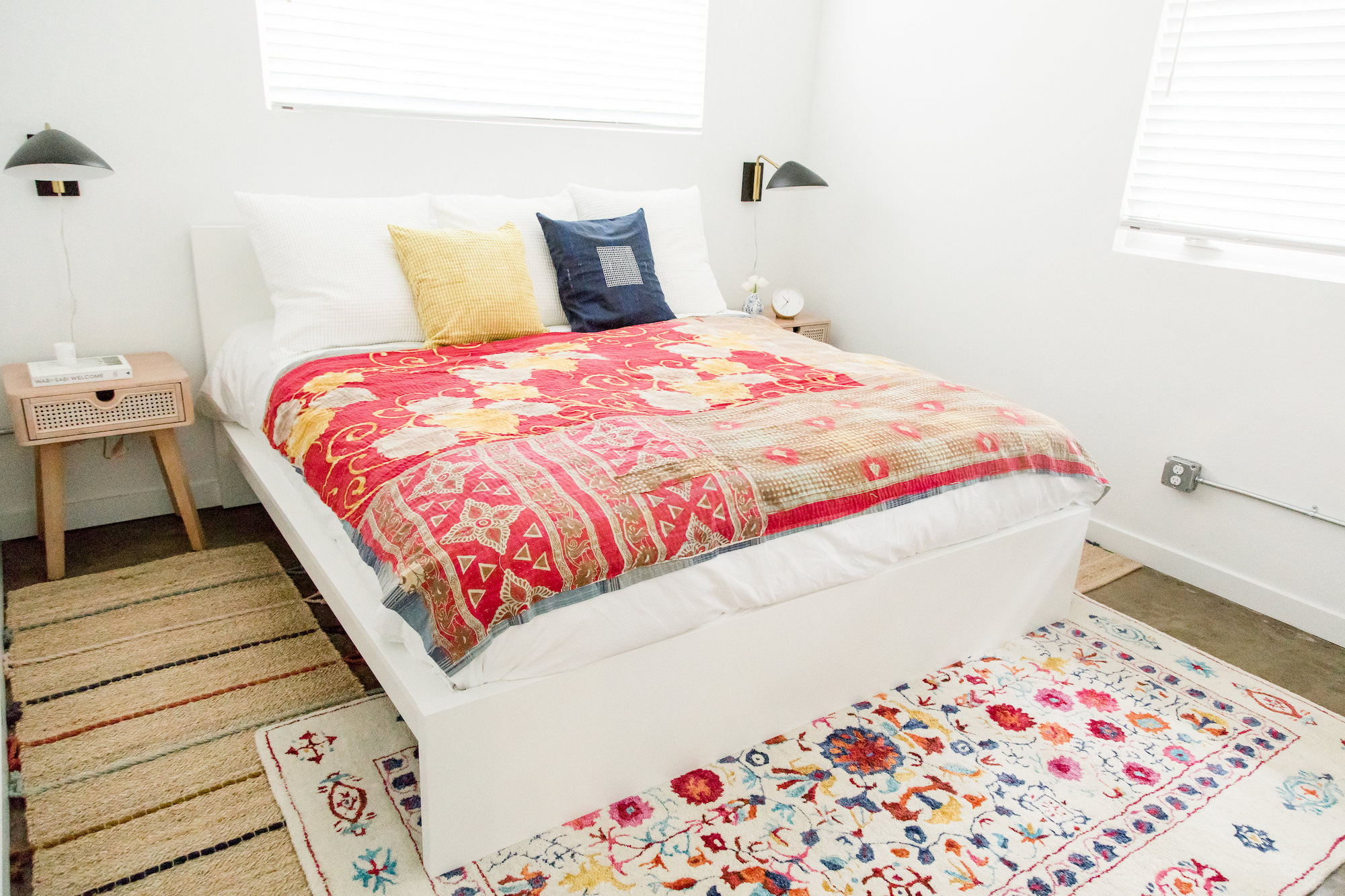 mid-century-modern-bedroom-vacation-rental-white-red-the-park-web-res.jpg