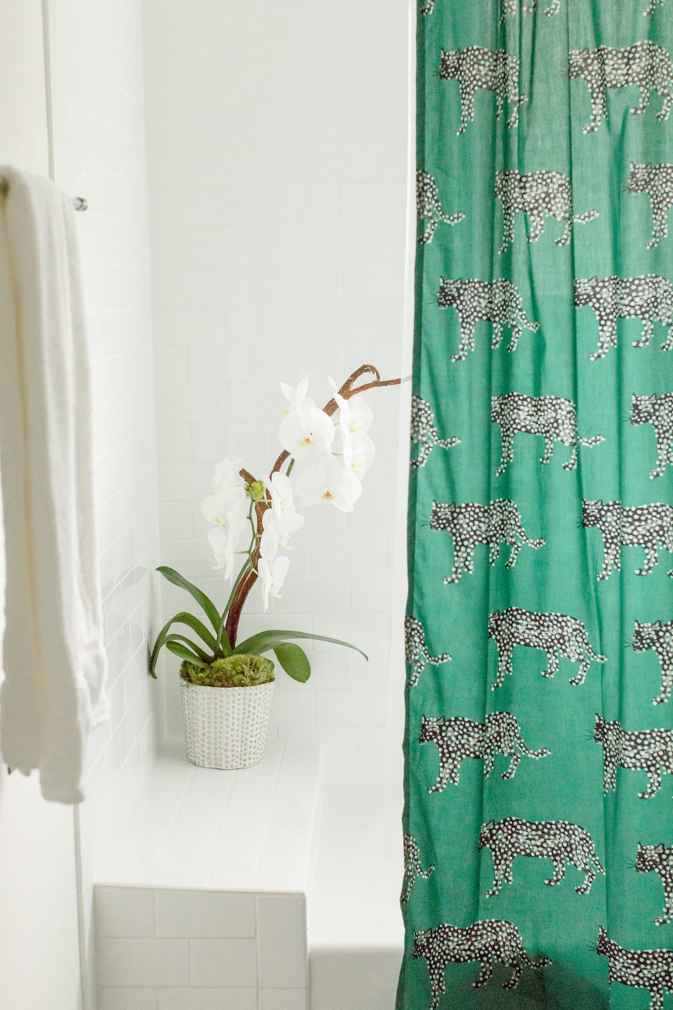 mid-century-modern-vacation-rental-bathroom-white-green-curtain-orchidi-web-res.jpg