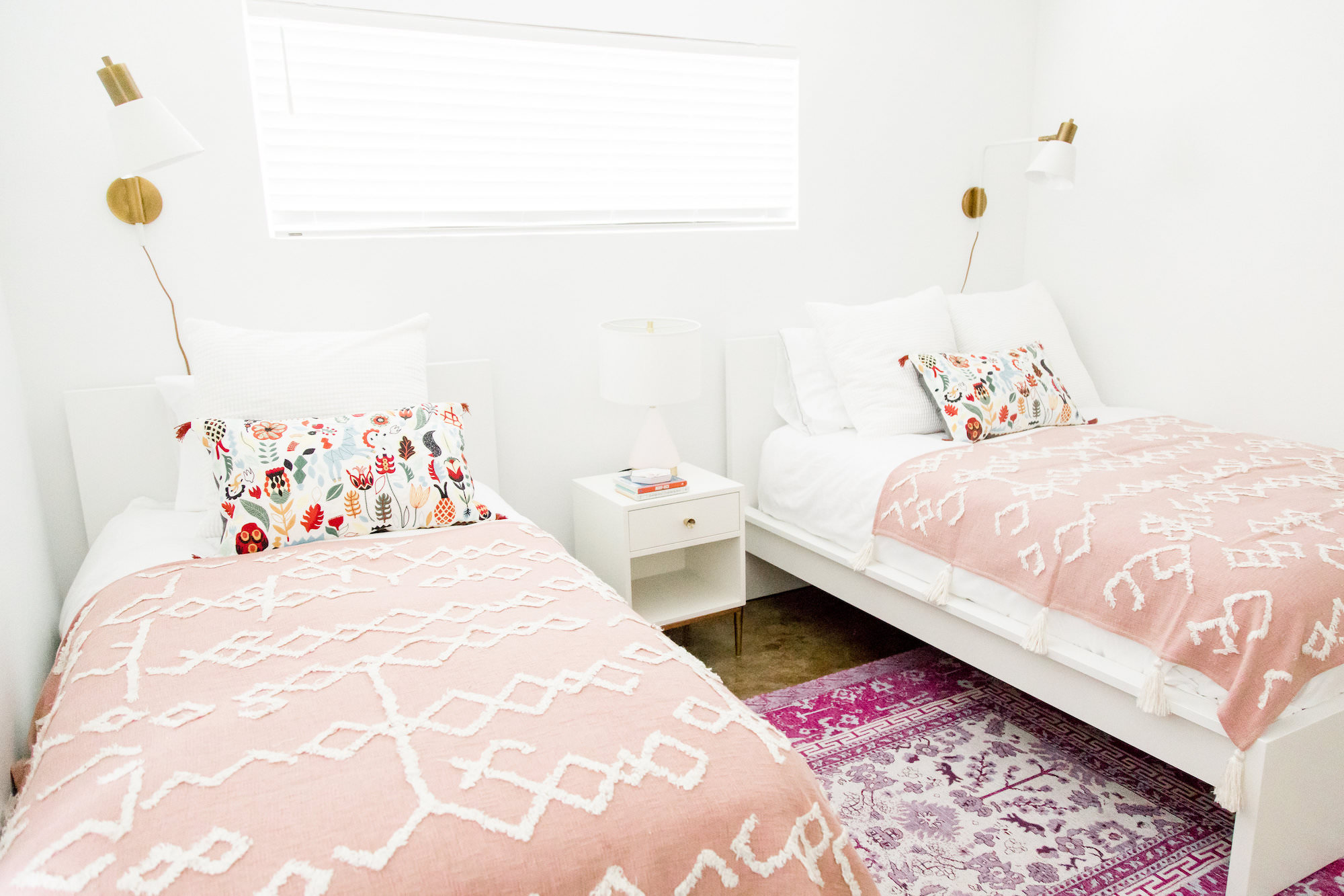 mid-century-modern-vacation-rental-bedroom-twin-beds-white-pink-web-res.jpg