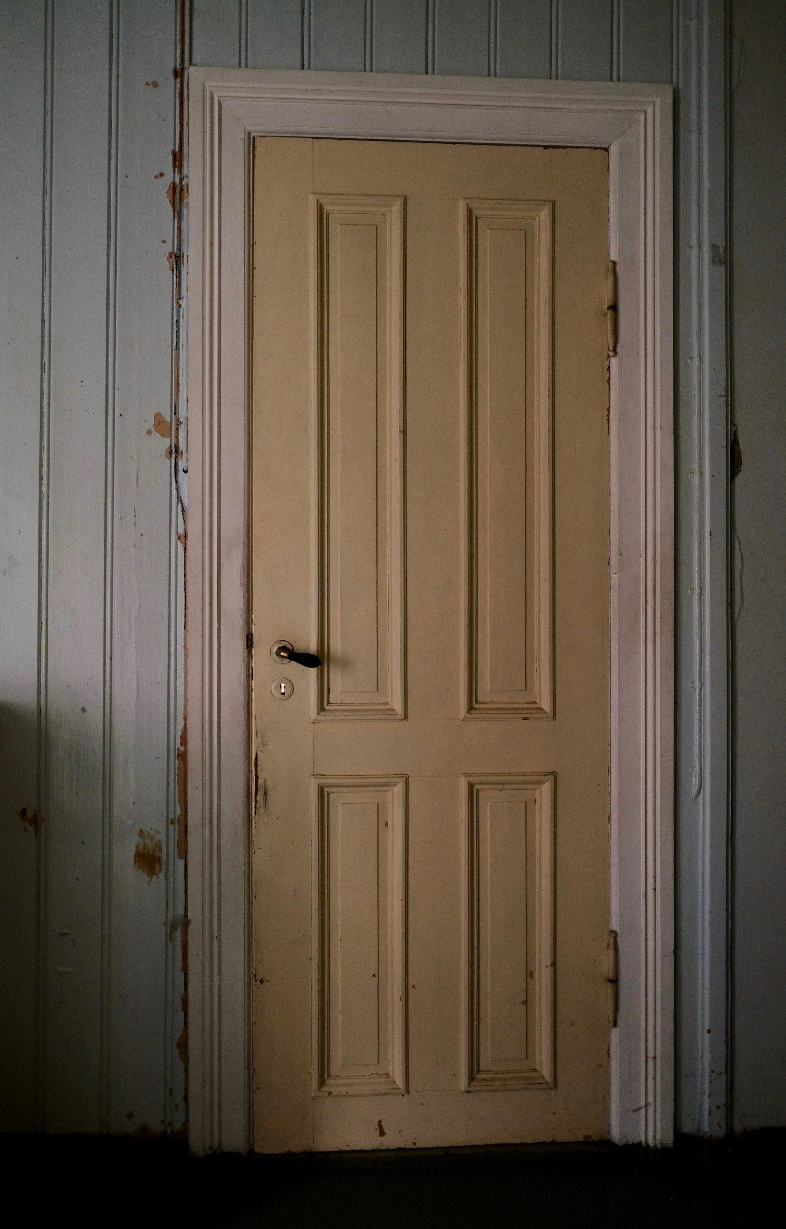 Ei anna av dørene i det blå romet
