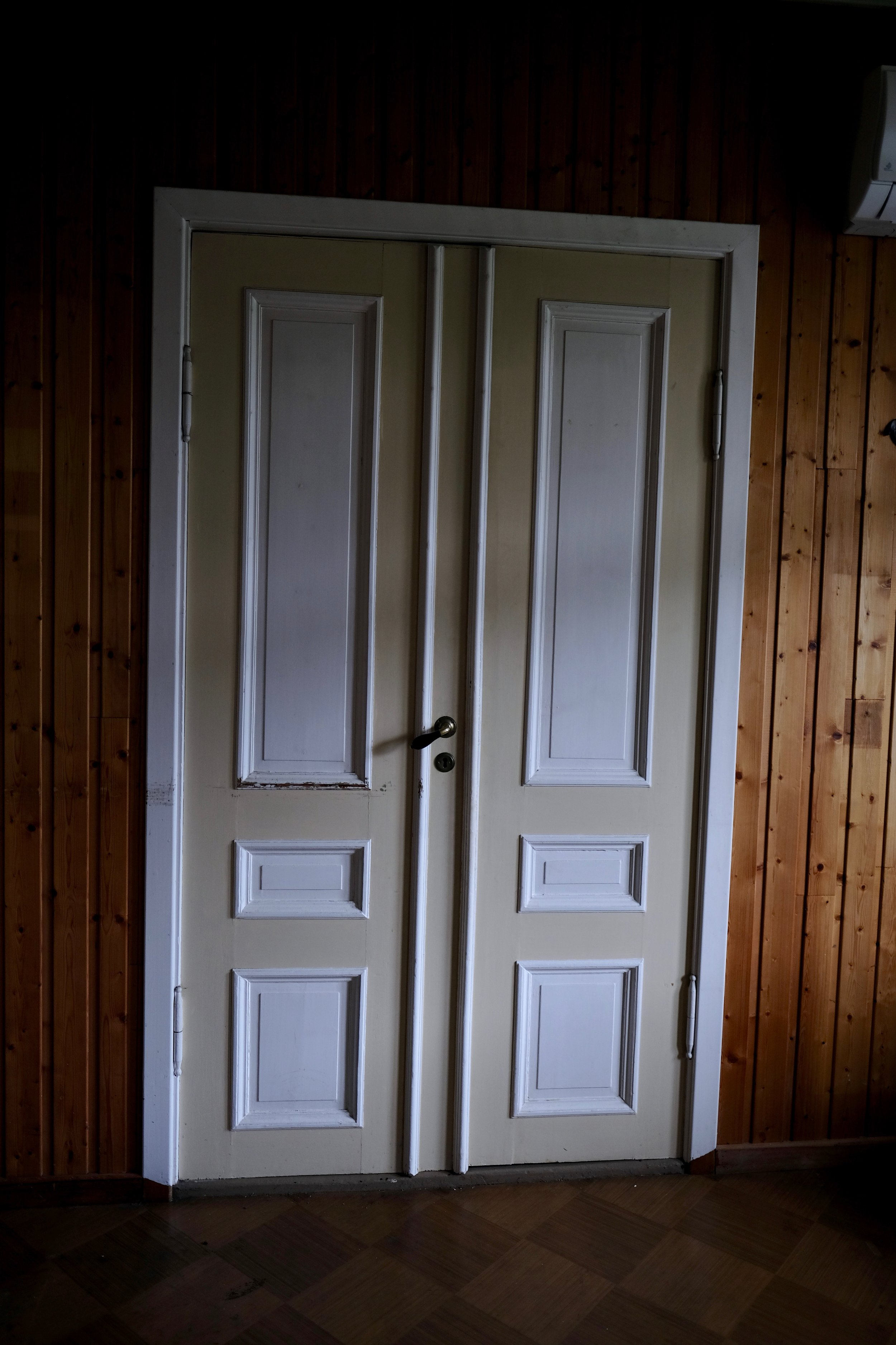 ..medan denne dobbeltdøra har vorte prega av 60-talet og har fått andre lister. Heldigvis fann me dei gamle utskjeringane på loftet.