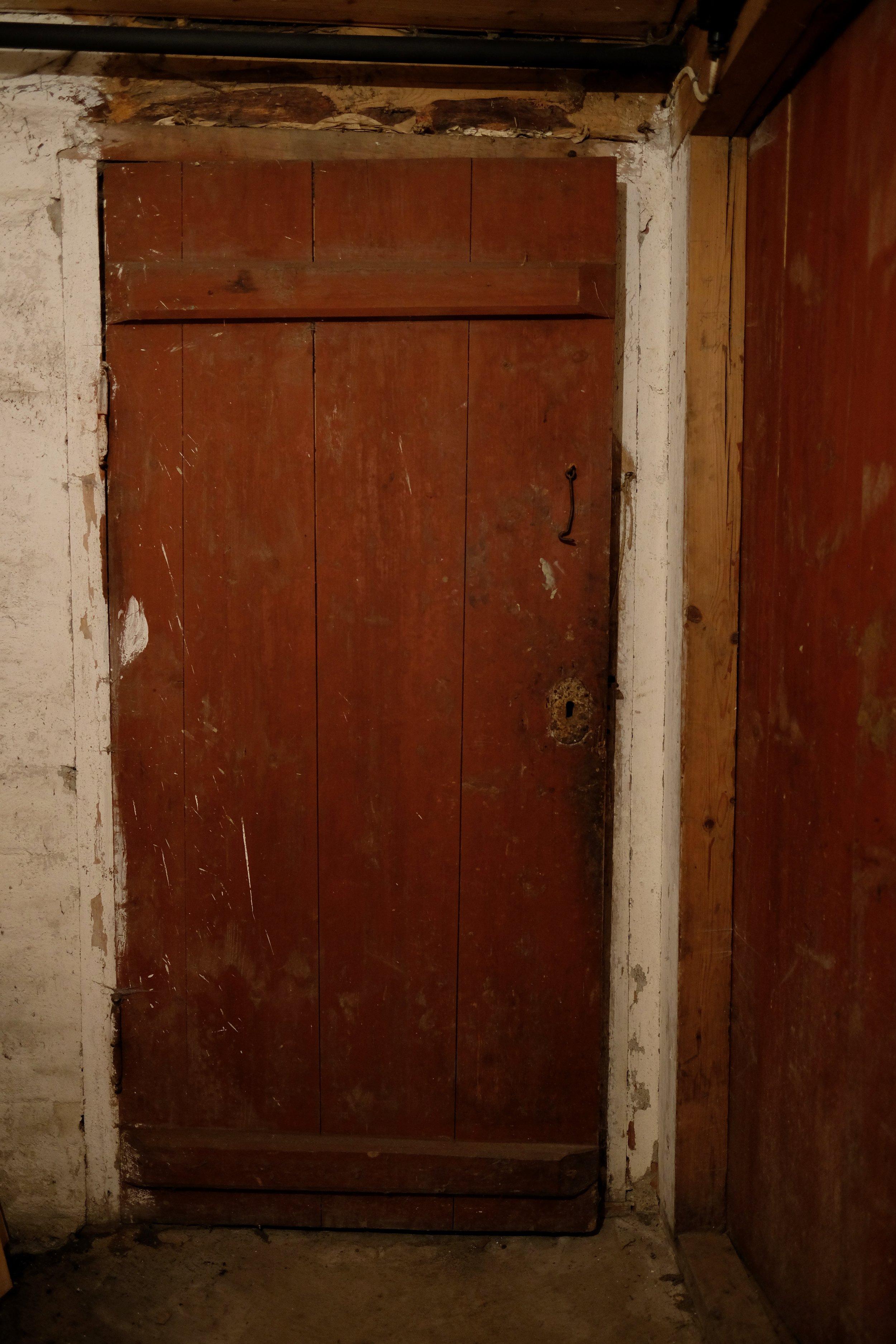 Denne døra er i kjellaren.