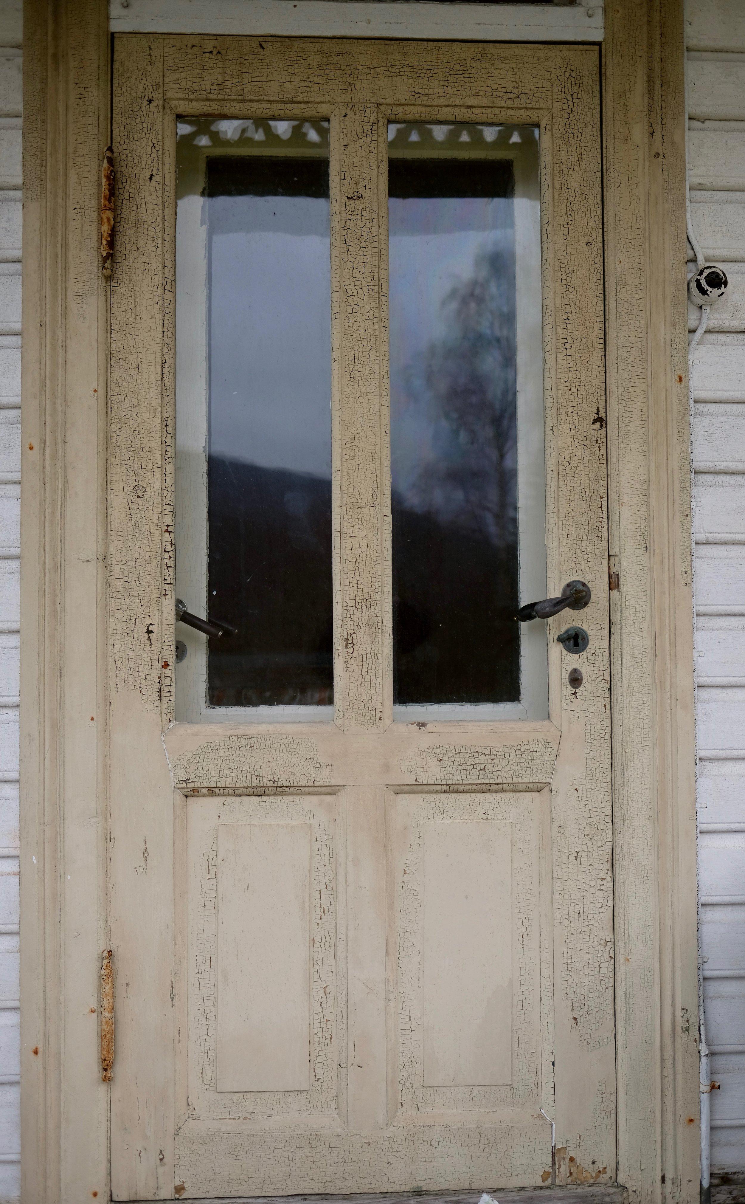 Den doble døra på nedste altanen