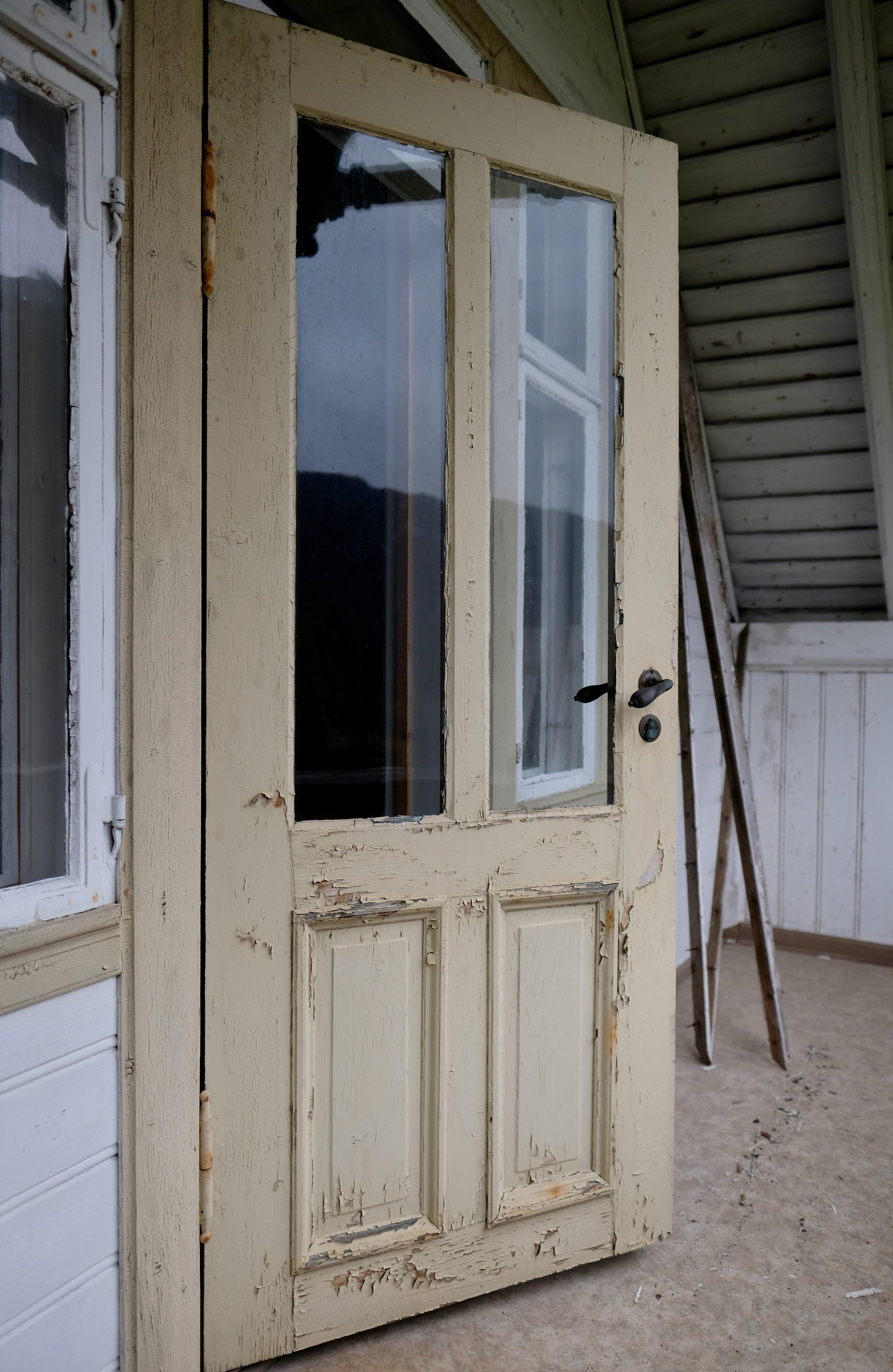Altandøra på den øvste altanen. Denne døra manglar innerdøra si, så me får sjå om me finn den att ein stad. Den er sakna i alle fall <3