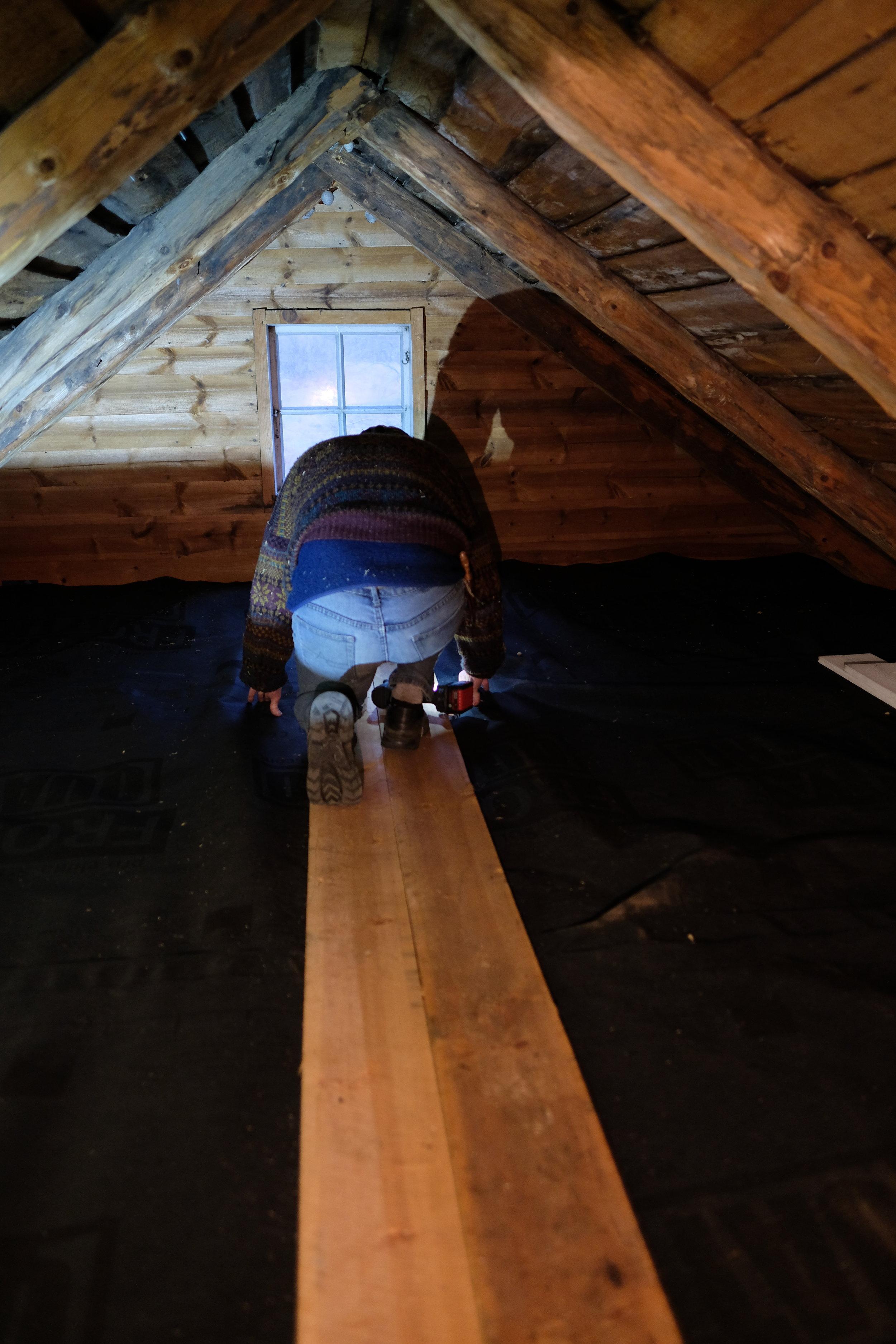 Pensjonistpappa i startfasen med å legga golv. Her ser de óg den moteriktige svarte vindsperra. Pensjonistpappa var forøvrig den som la på plass litt Glava-isolasjon for 40 år sidan. Då var det han og besten som dreiv på. No er det eg og pappa. Eg håpar verkeleg at eg slepp å isolera same golvet opptatt om 40 år for å seia det slik