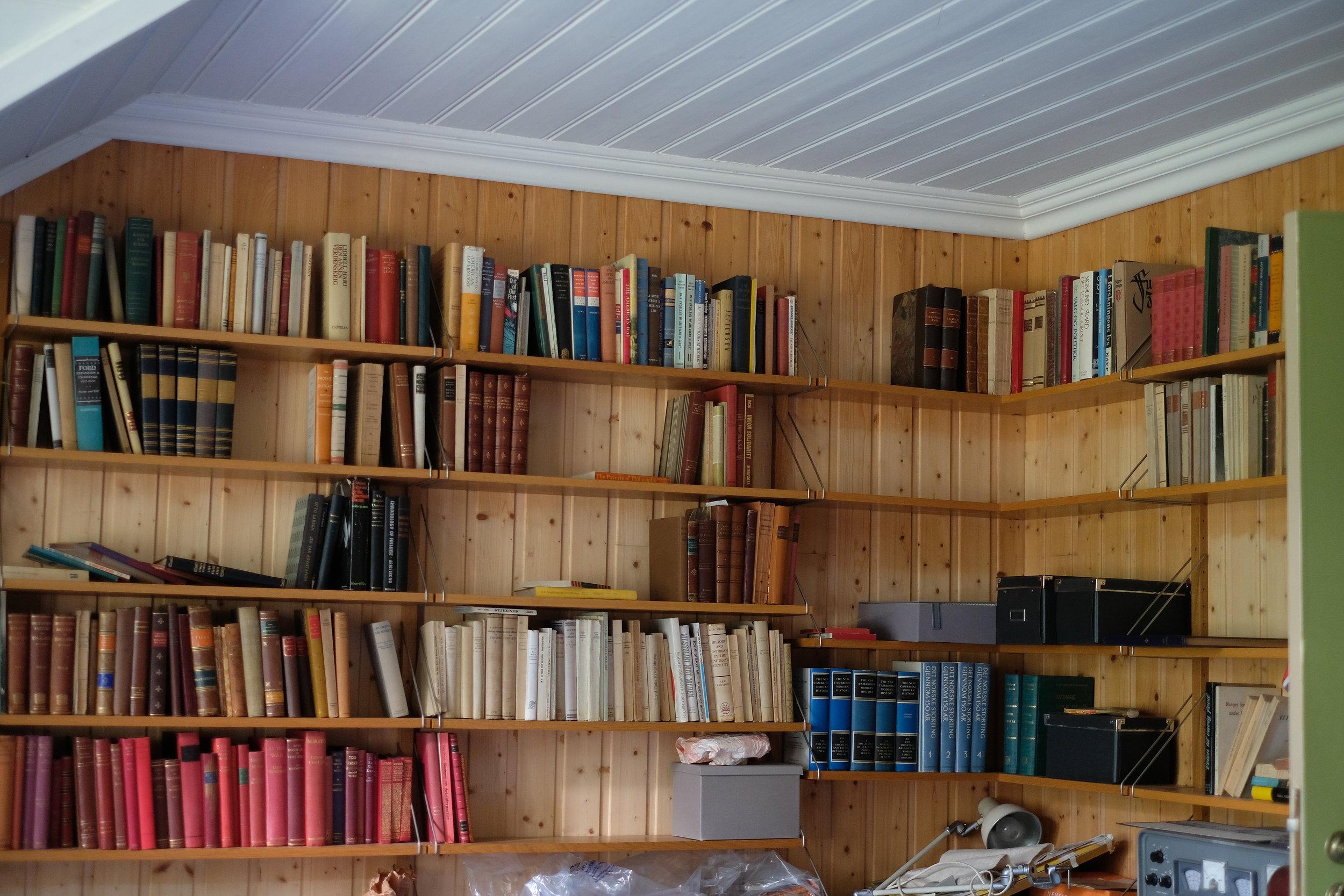 Her er litt av bøkene. Ein intellektuell famile set sine spor i val av lektyre.