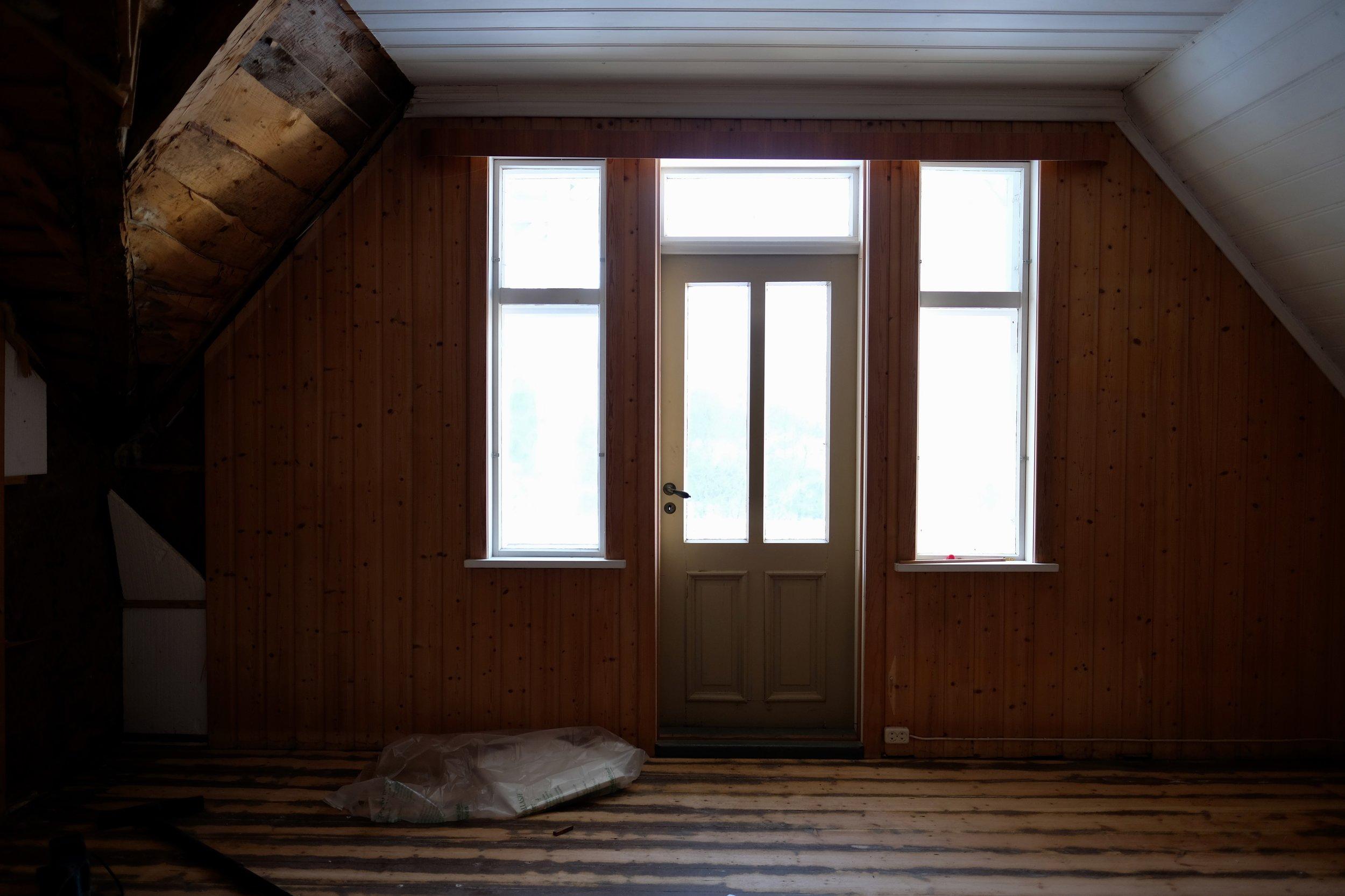 Ut denne døra er det ein eigen altan. Fint skulle det vera når bispen var på vitjing.