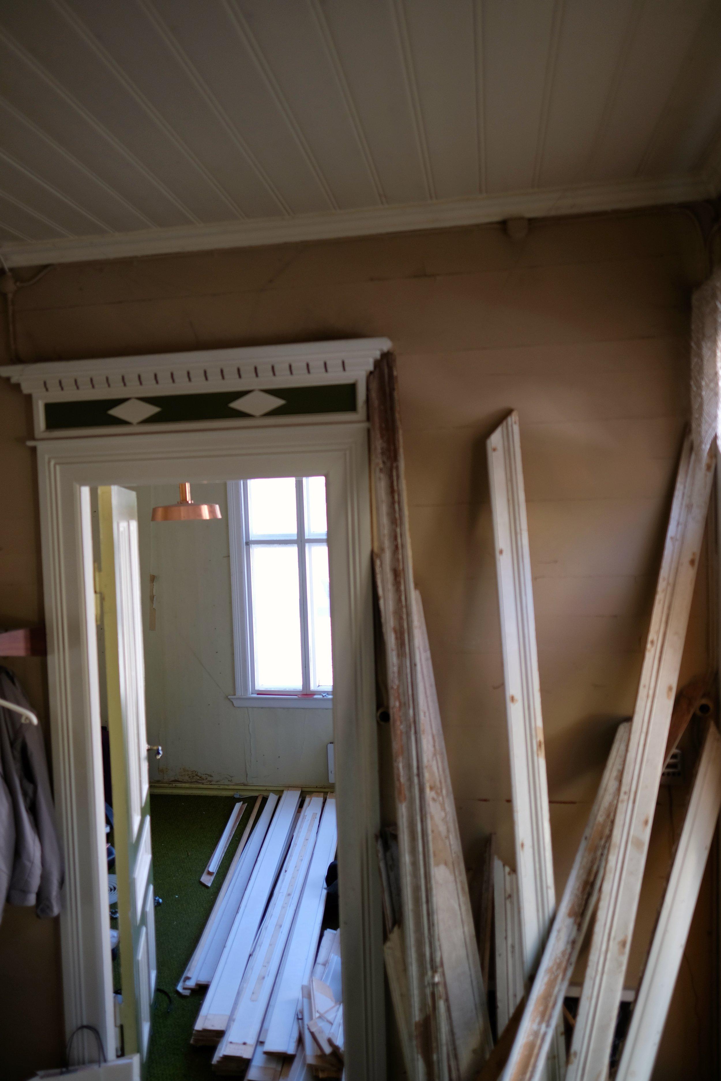 Inn døra er det presten sitt kontor. No mellomlagrar me panel der.