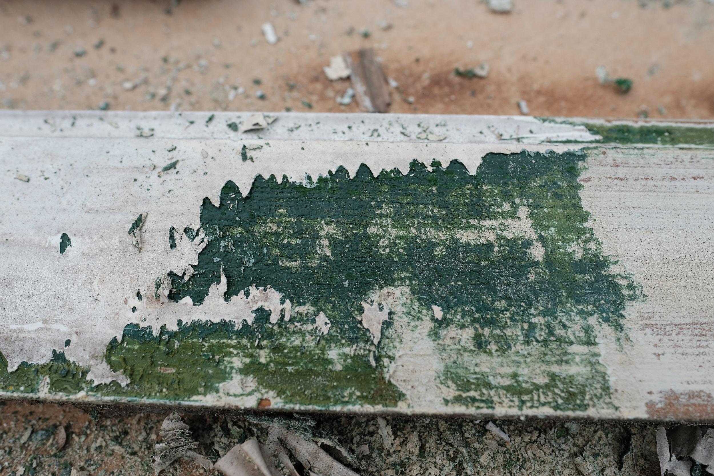 Me fann spor av at vindaugslistene har vore grøne tidlegare. Det visste me eigentleg frå før. Men me kjem nok til å svikta den grøne trenden, og går for heilkvitt hus slik det har vore i den seinaste tida.