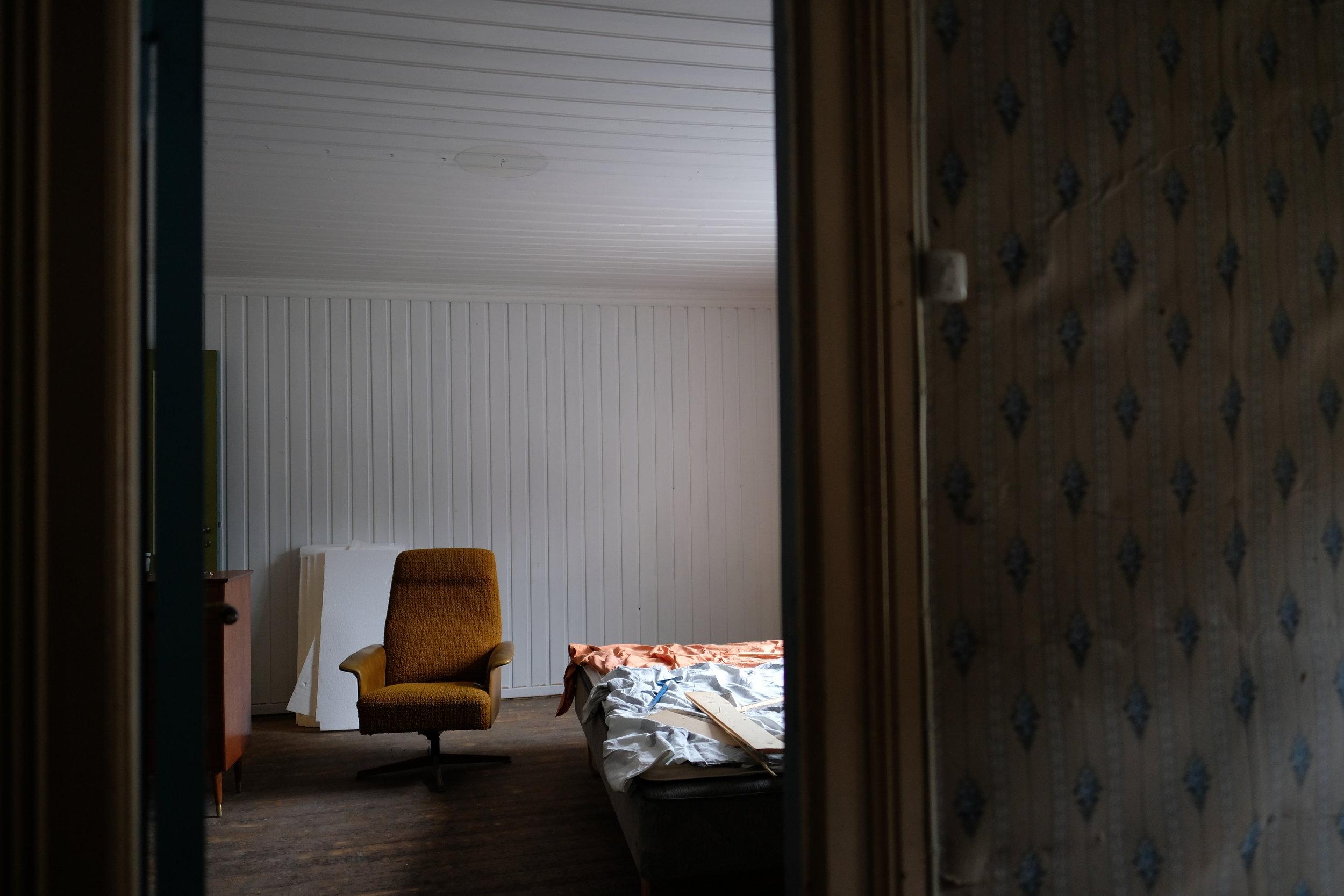 Dette er utsynet frå kottet og inn til soveromet som er dekka av kvitt panel.
